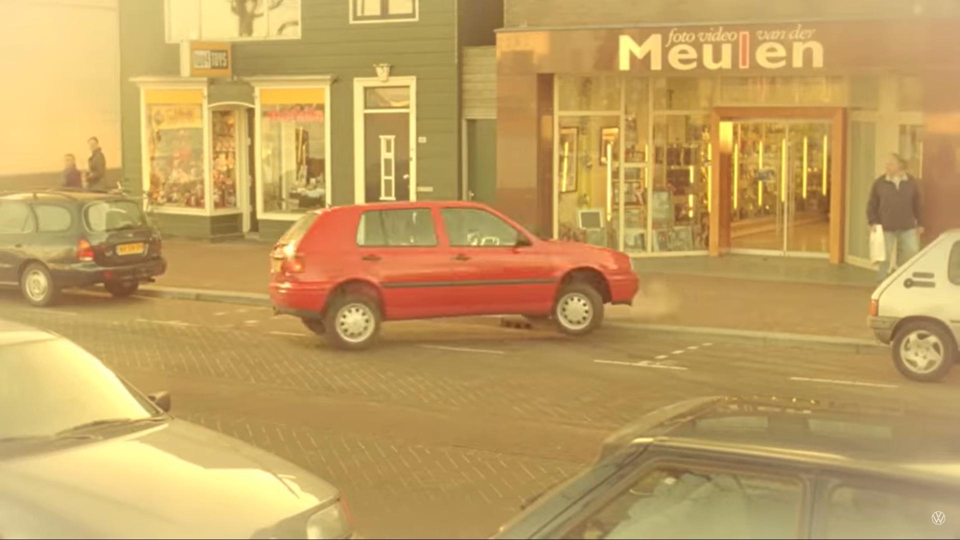 Volkswagen en het oude vrouwtje reclame inparkeren