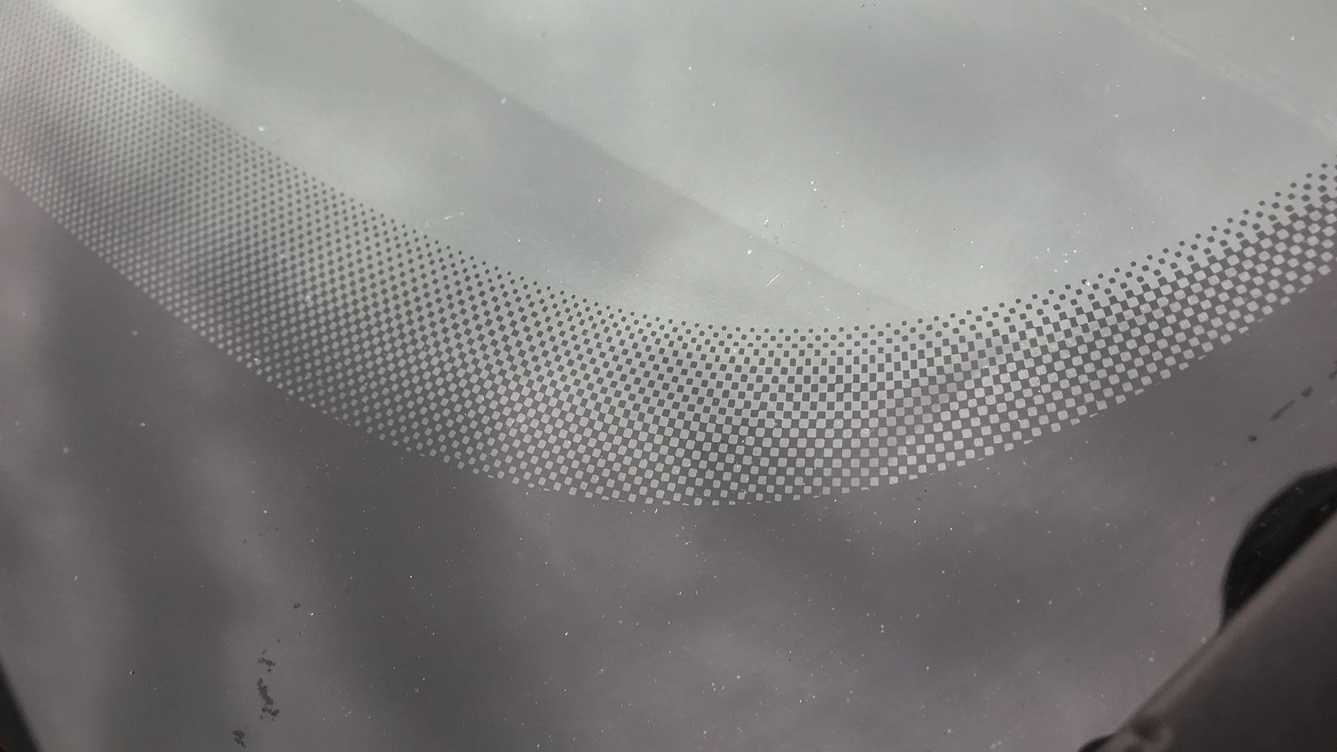 Zwarte puntjes (stippen) op voorruit of raam