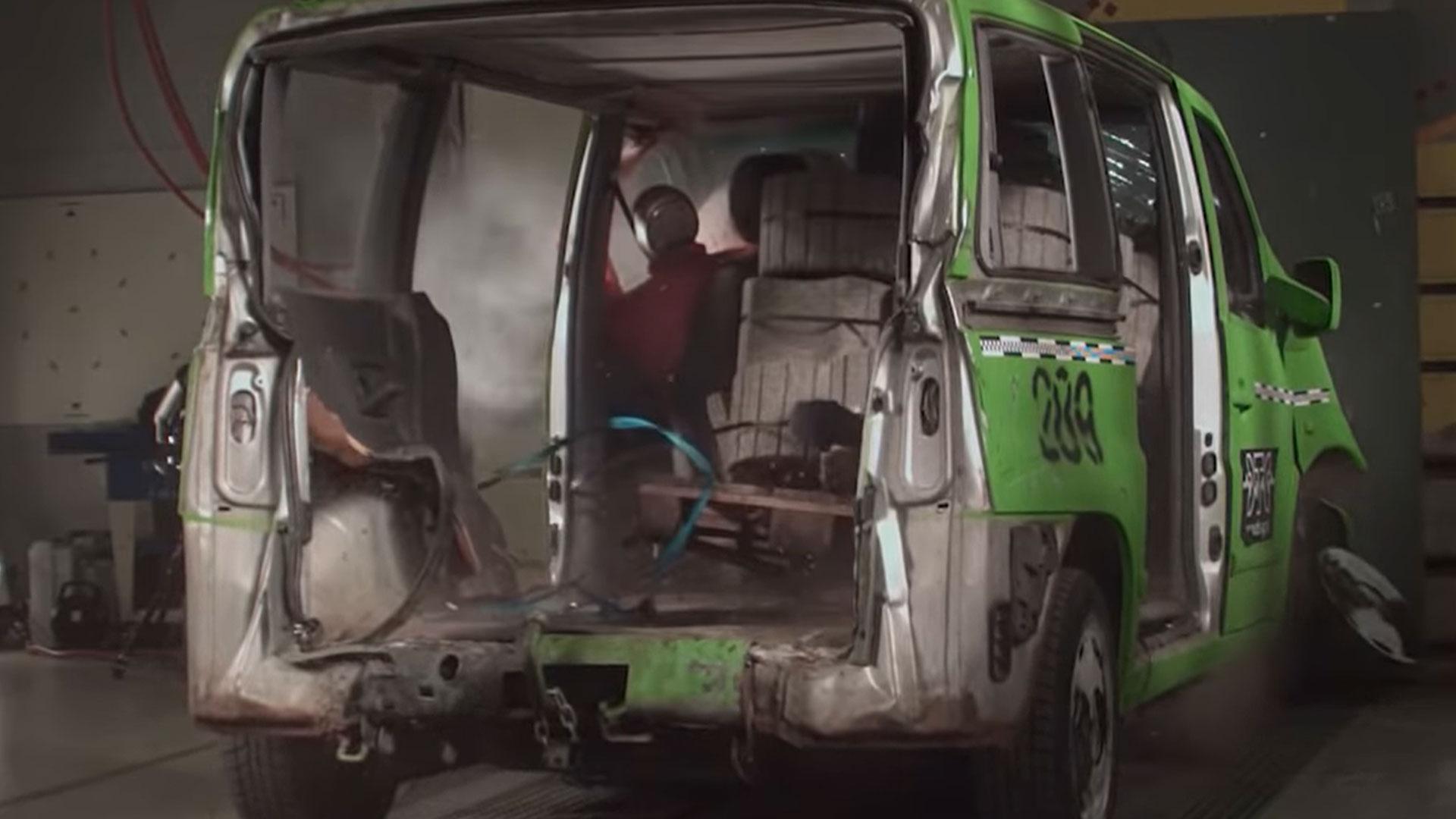 crashtest volgeladen busje