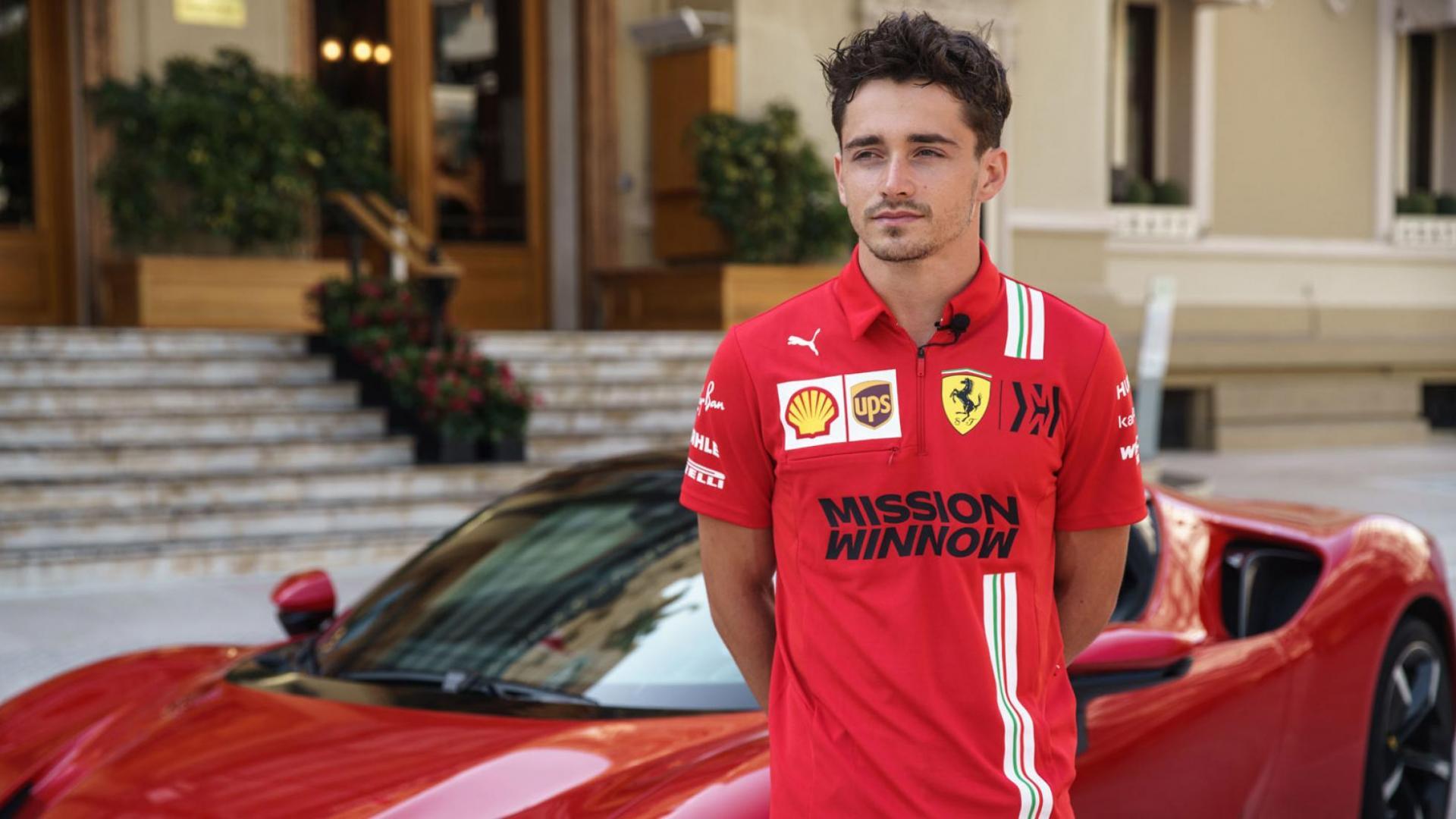 Charles Leclerc bij een Ferrari SF90