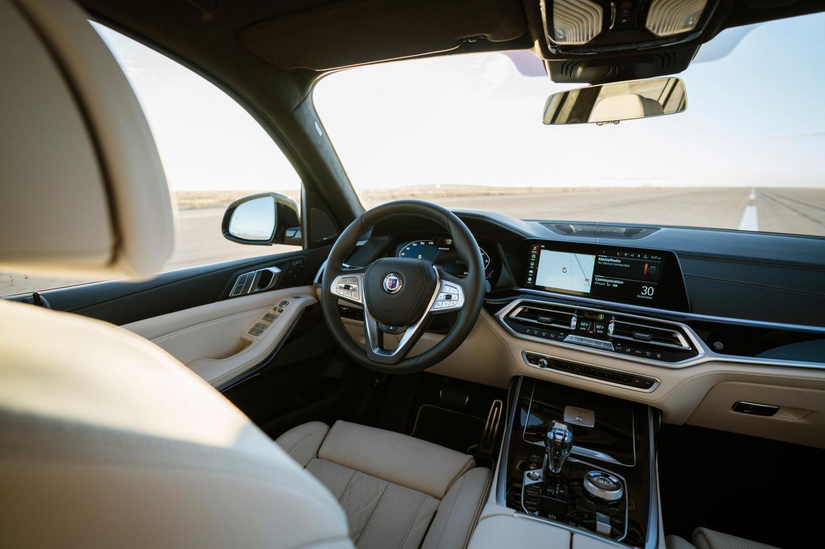 Dashboard in het interieur van de Alpina XB7 (BMW X7)
