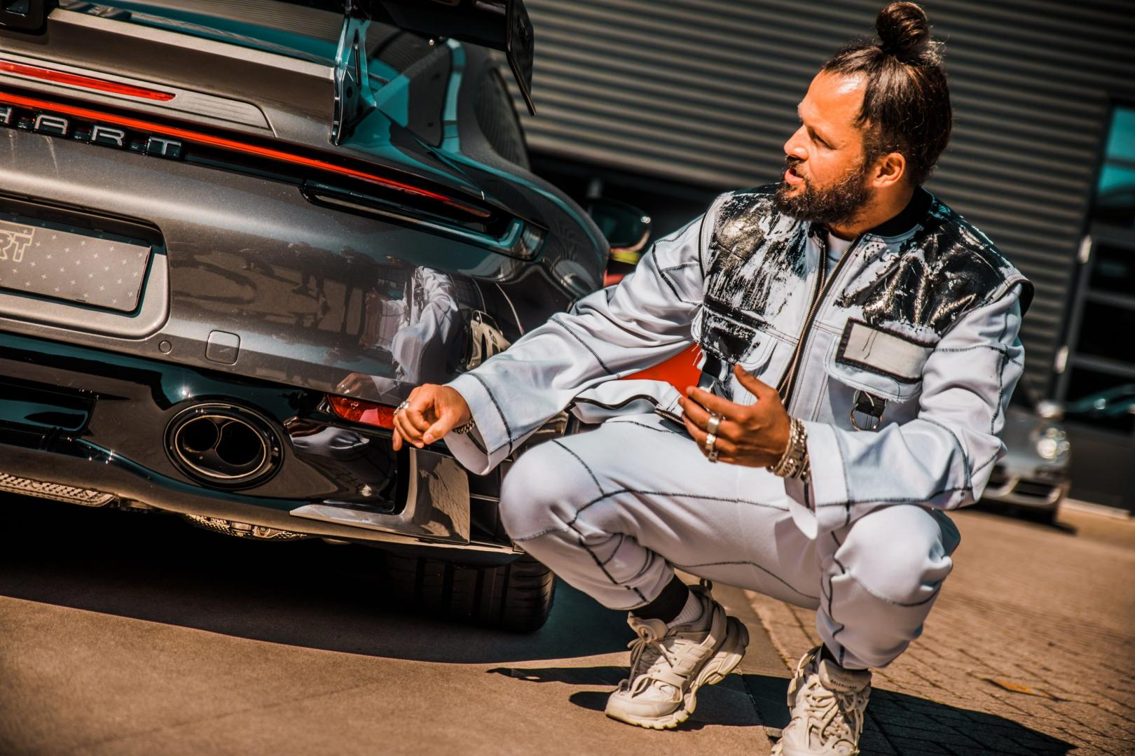 DJ La Fuente naast zijn Porsche 911 992