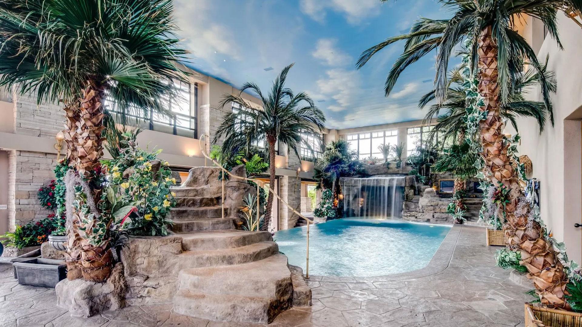 Zwembad in huis met garage voor 100 auto's