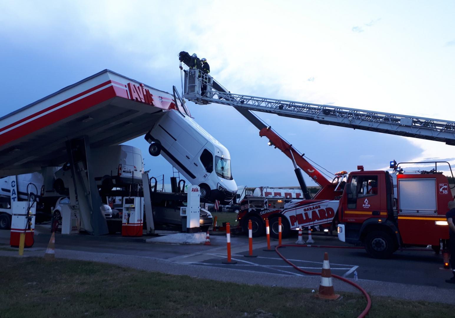 vrachtwagen rijdt tankstation omver
