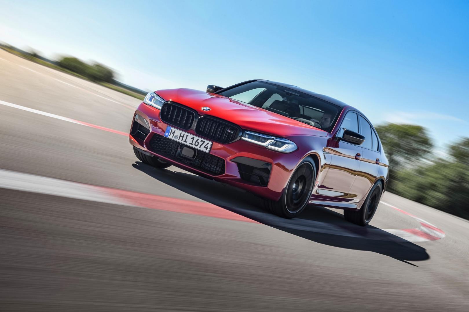 BMW M5 Competition 2020 Facelift (G30) op het circuit bij kerbstenen