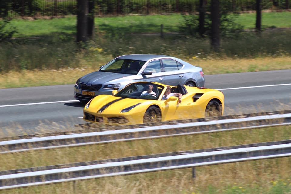 Ferrari 488 Spider op A1 met kind achter het stuur