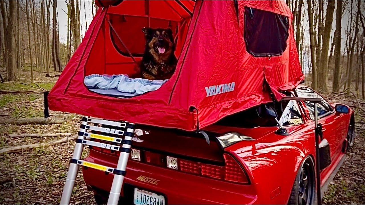 Honda NSX met daktent en hond