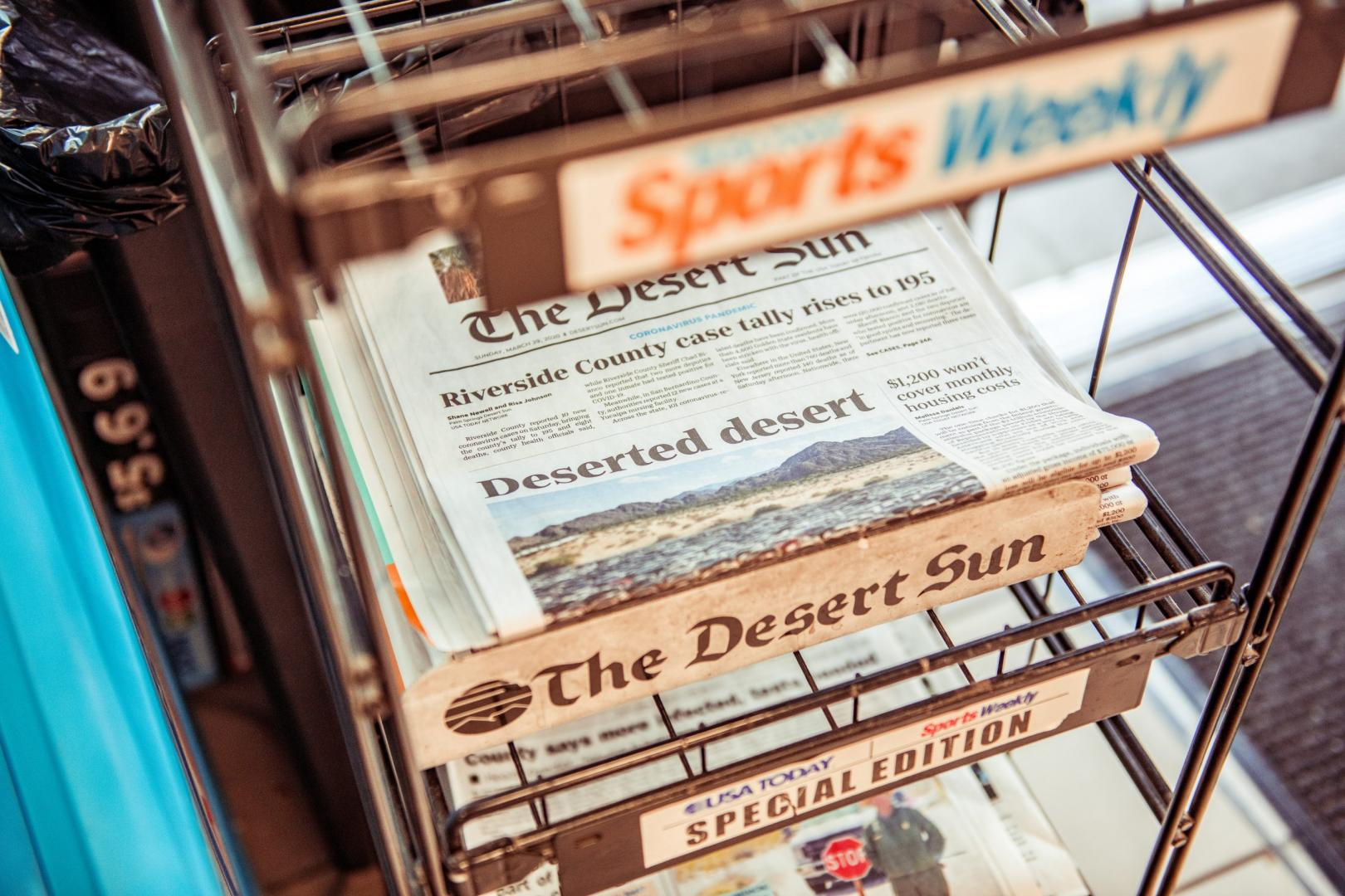 Krant The Desert Sun bij tankstation