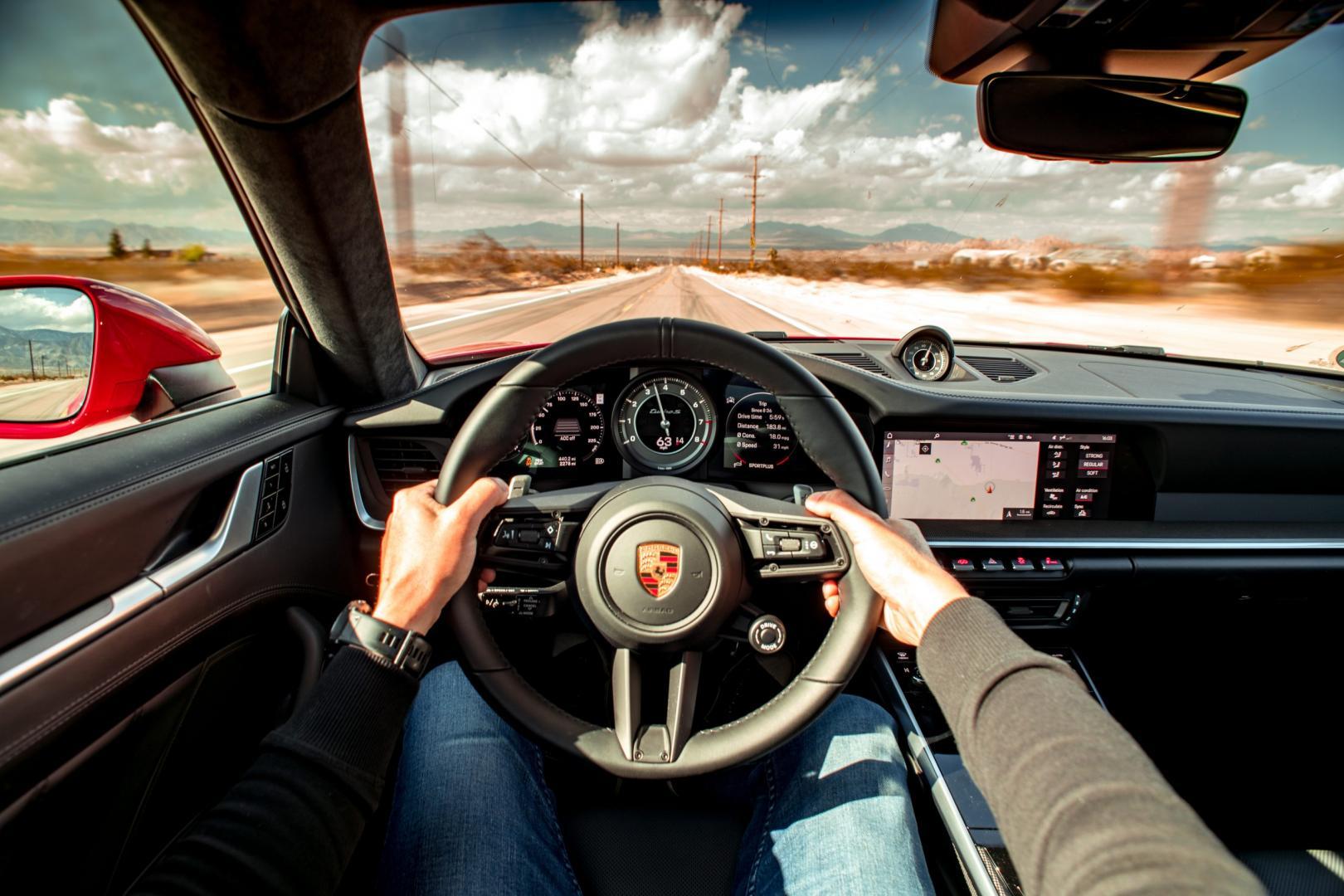 Porsche 911 Turbo S op Amerikaanse snelweg tijdens roadtrip