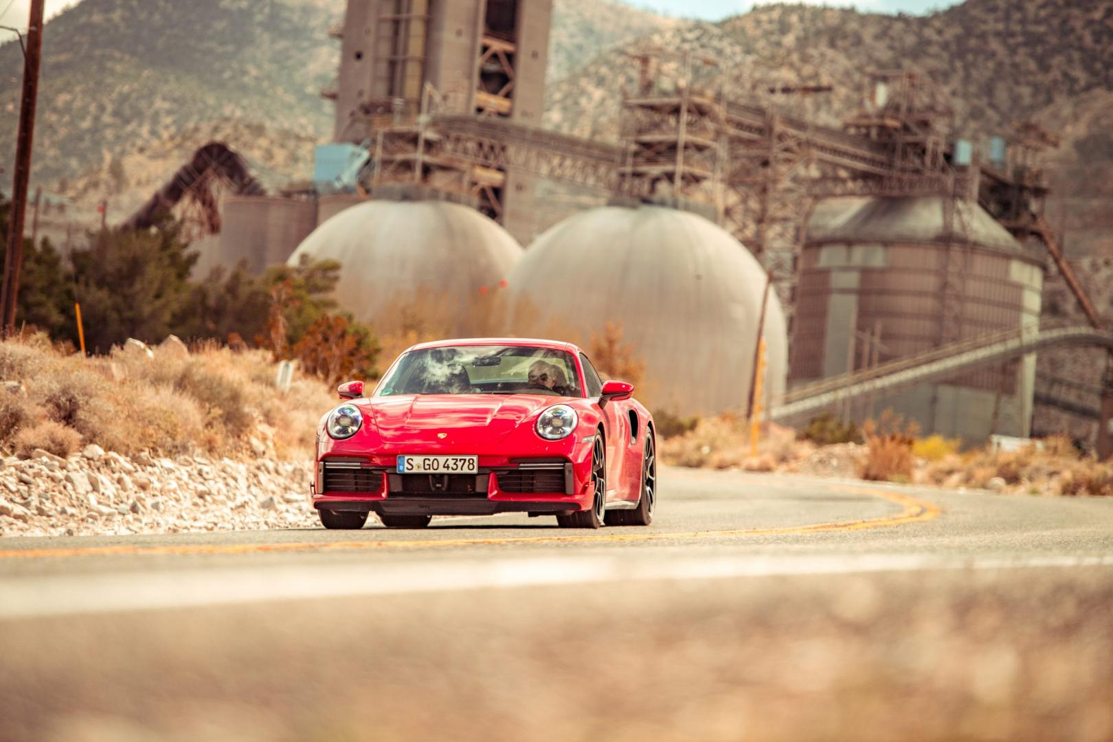 Porsche 911 Turbo S (992) op woestijnweg