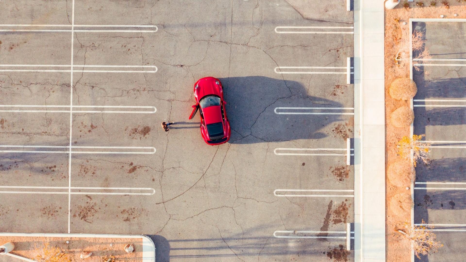 Bovenaanzicht parkeerplaats met Porsche 911 Turbo S 992