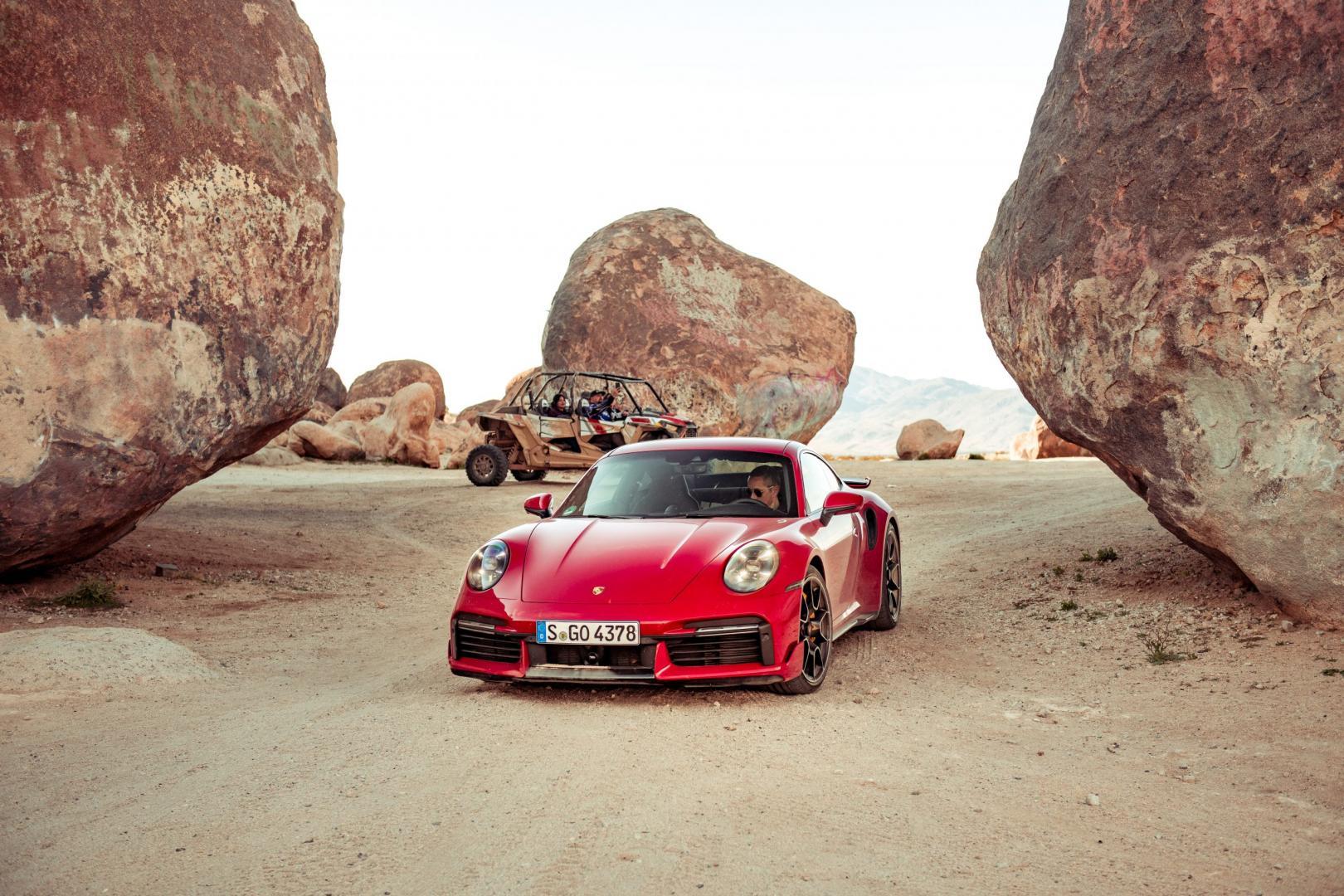 Porsche 911 Turbo S (992) in Amerikaanse woestijn met zand