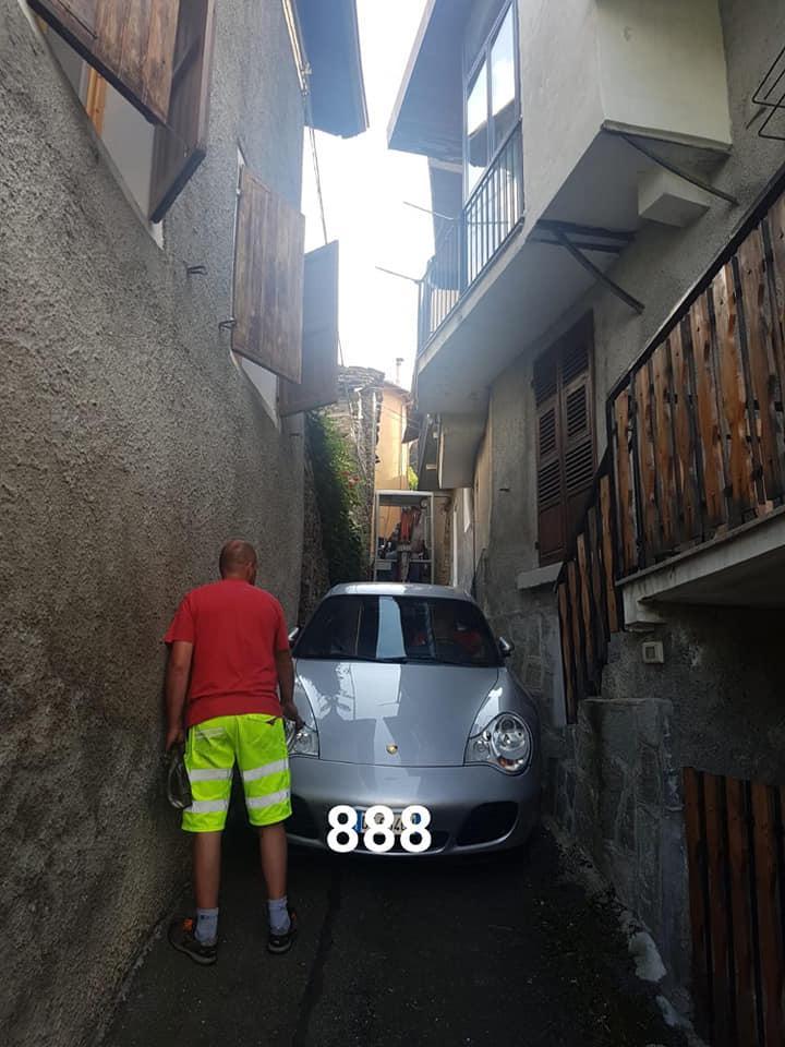 Porsche 911 klem in steeg Italie