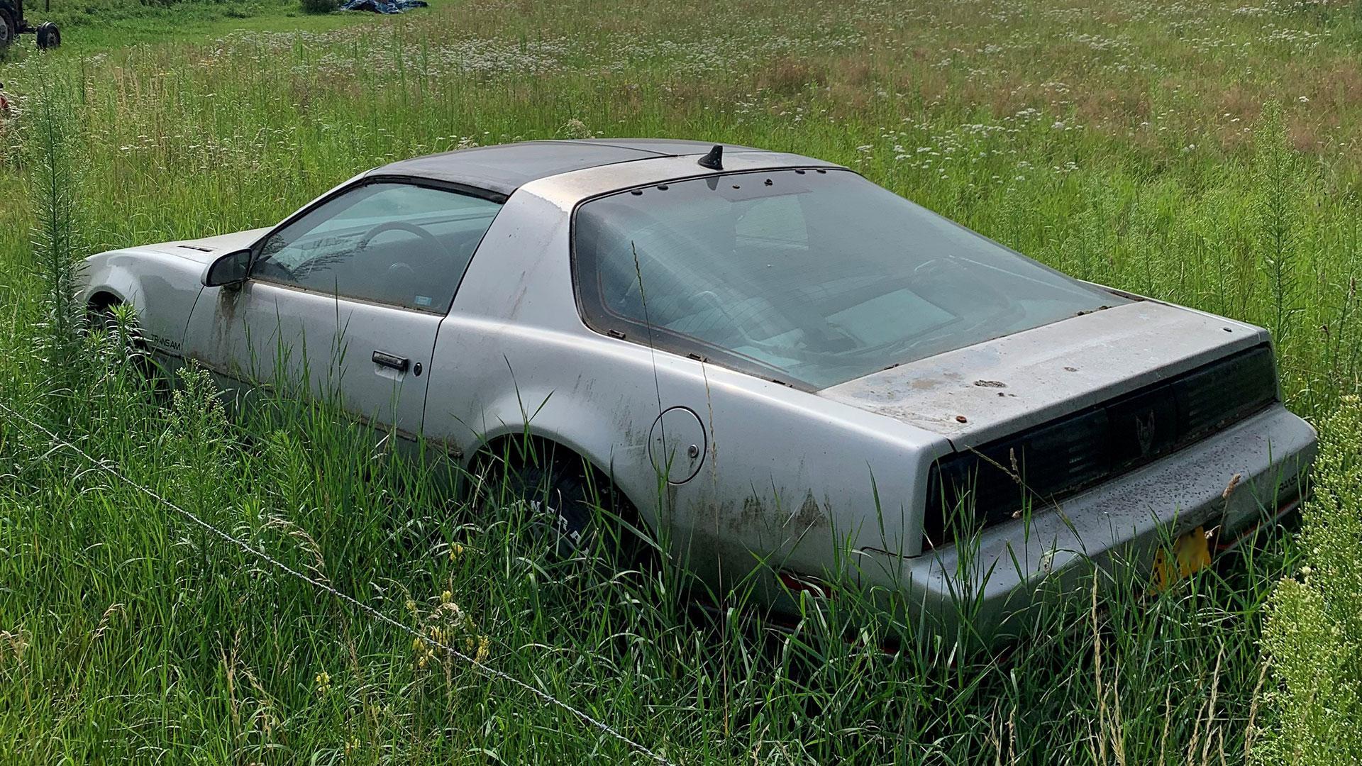 Verlaten Pontiac Firebird