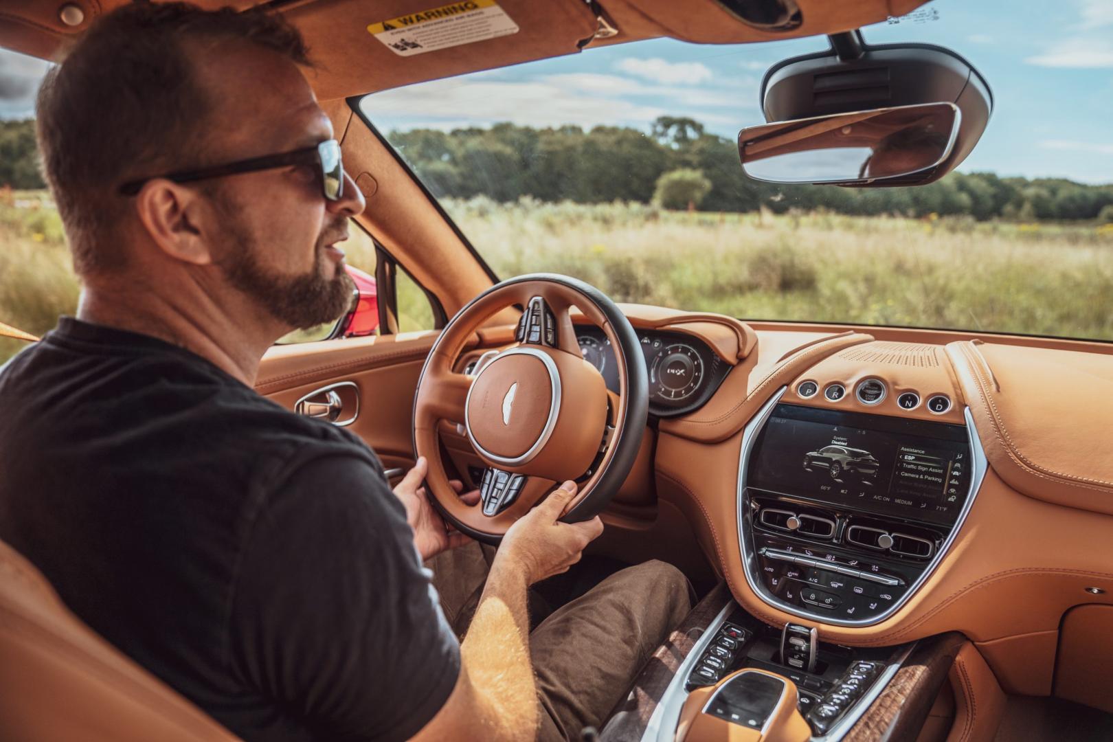 Dashboard interieur rijden Aston Martin DBX 2020