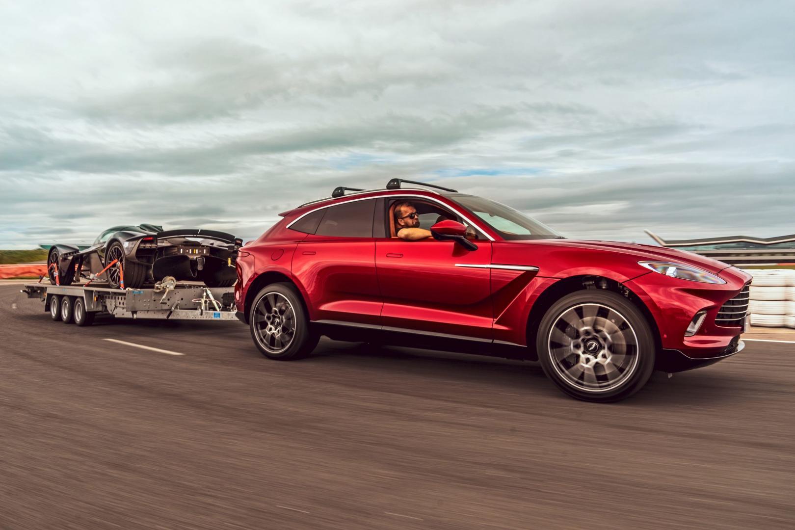 Aston Martin DBX 2020 met Valkyrie op aanhanger