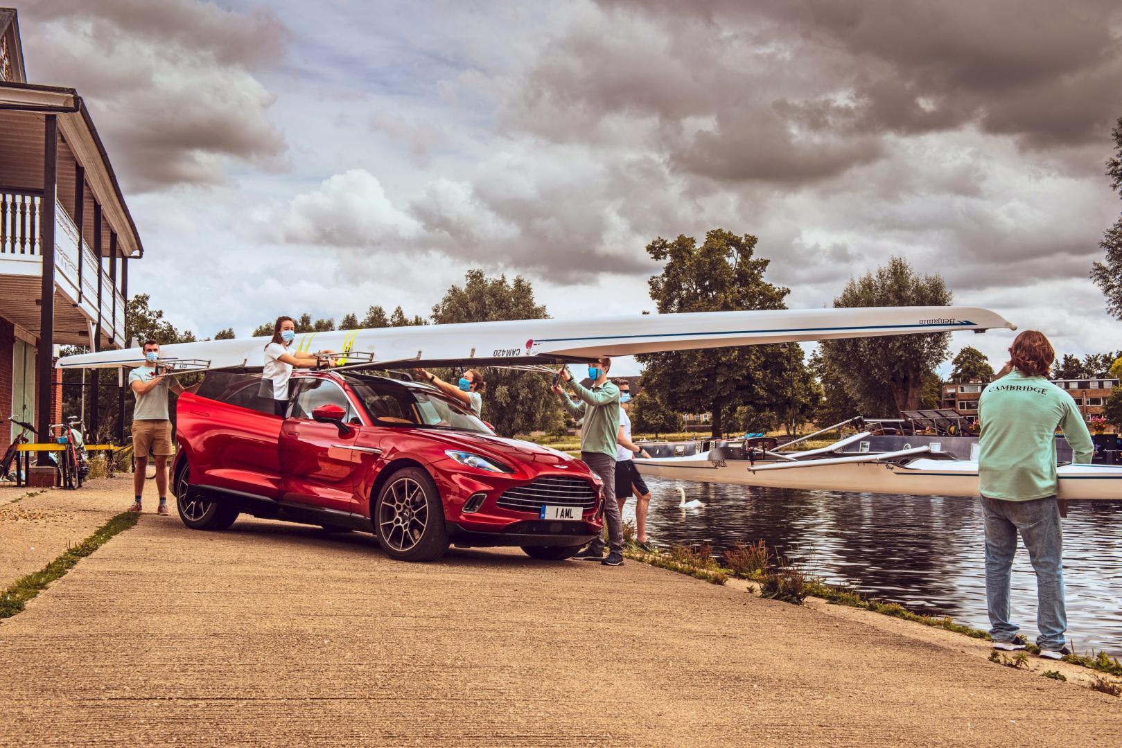 Roeiboot op het dak vn een Aston Martin DBX 2020