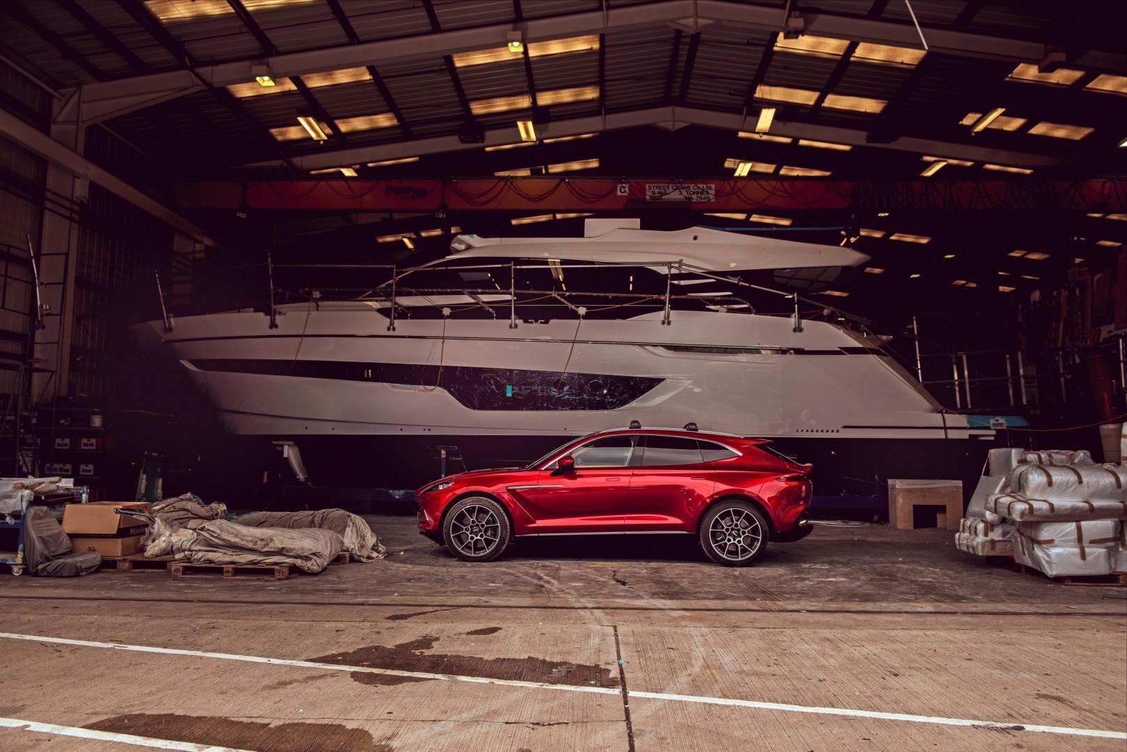 Zijkant en boot Aston Martin DBX 2020