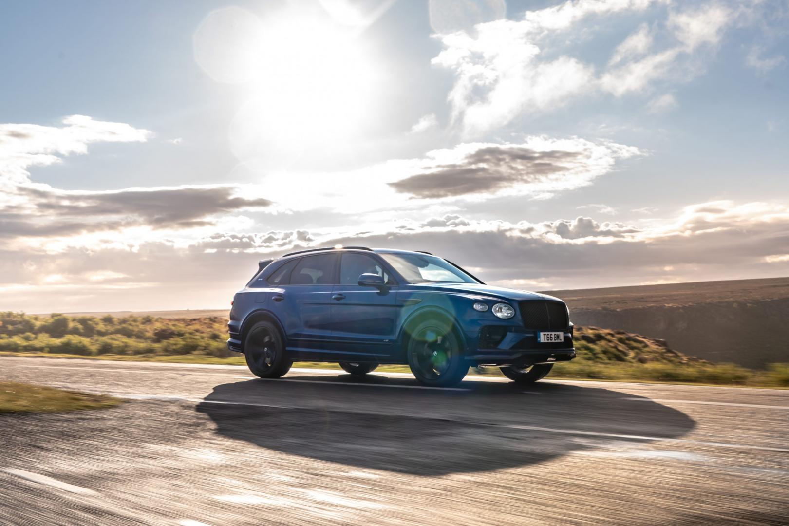Bentley Bentayga V8 2020 in de zon en wolken
