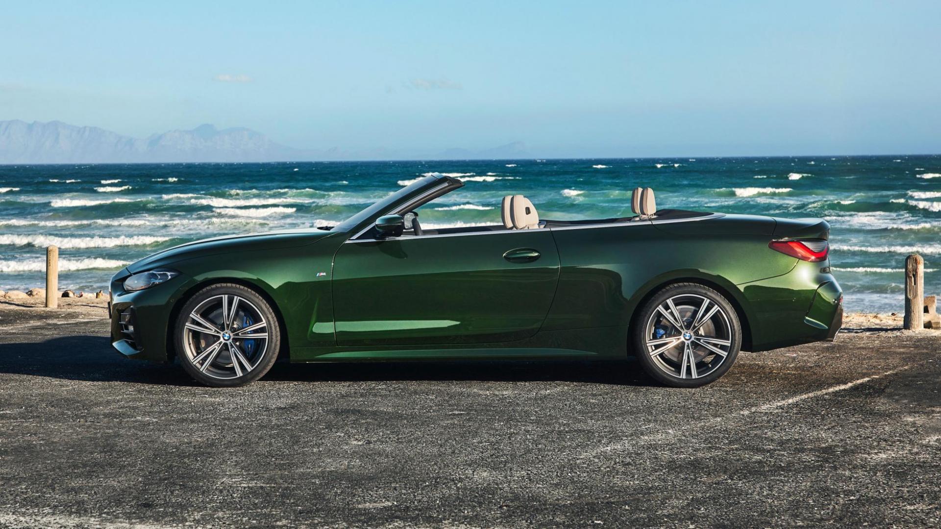 Zijkant BMW 4-serie Cabrio 2020 bij de zee