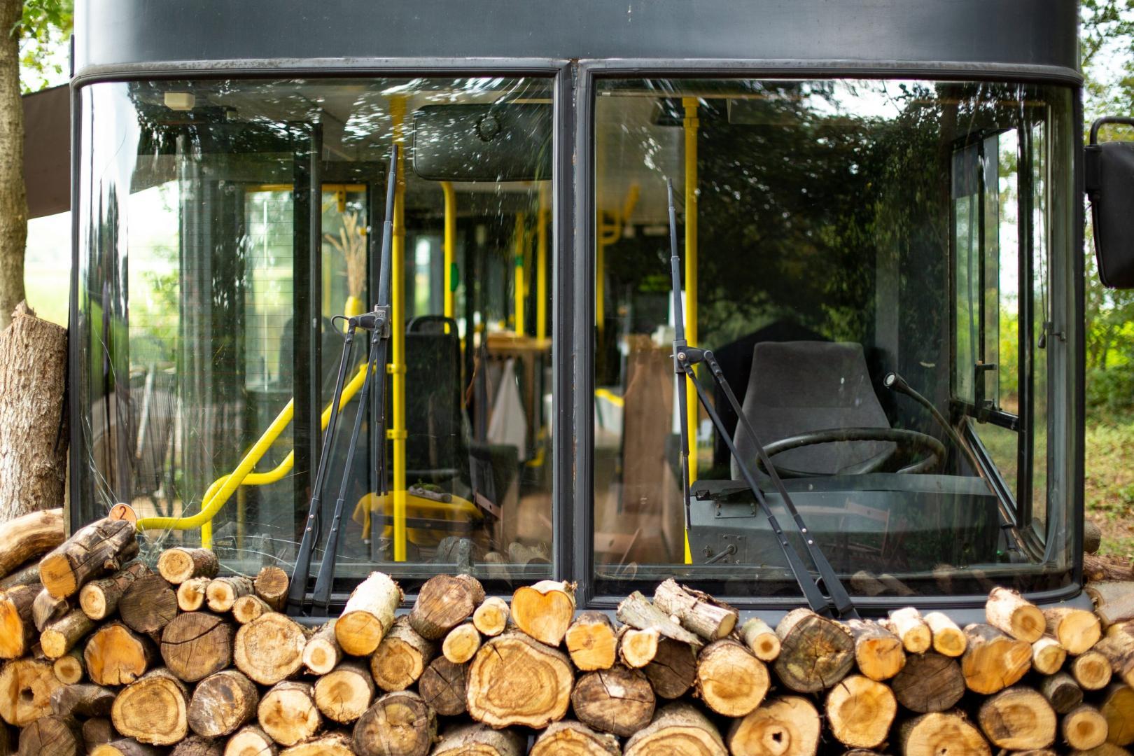 Overnachten in een dubbeldekkerbus in het bos