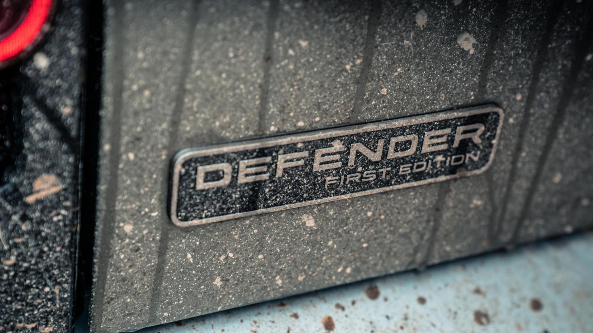 Badge Land Rover Defender D240 SE