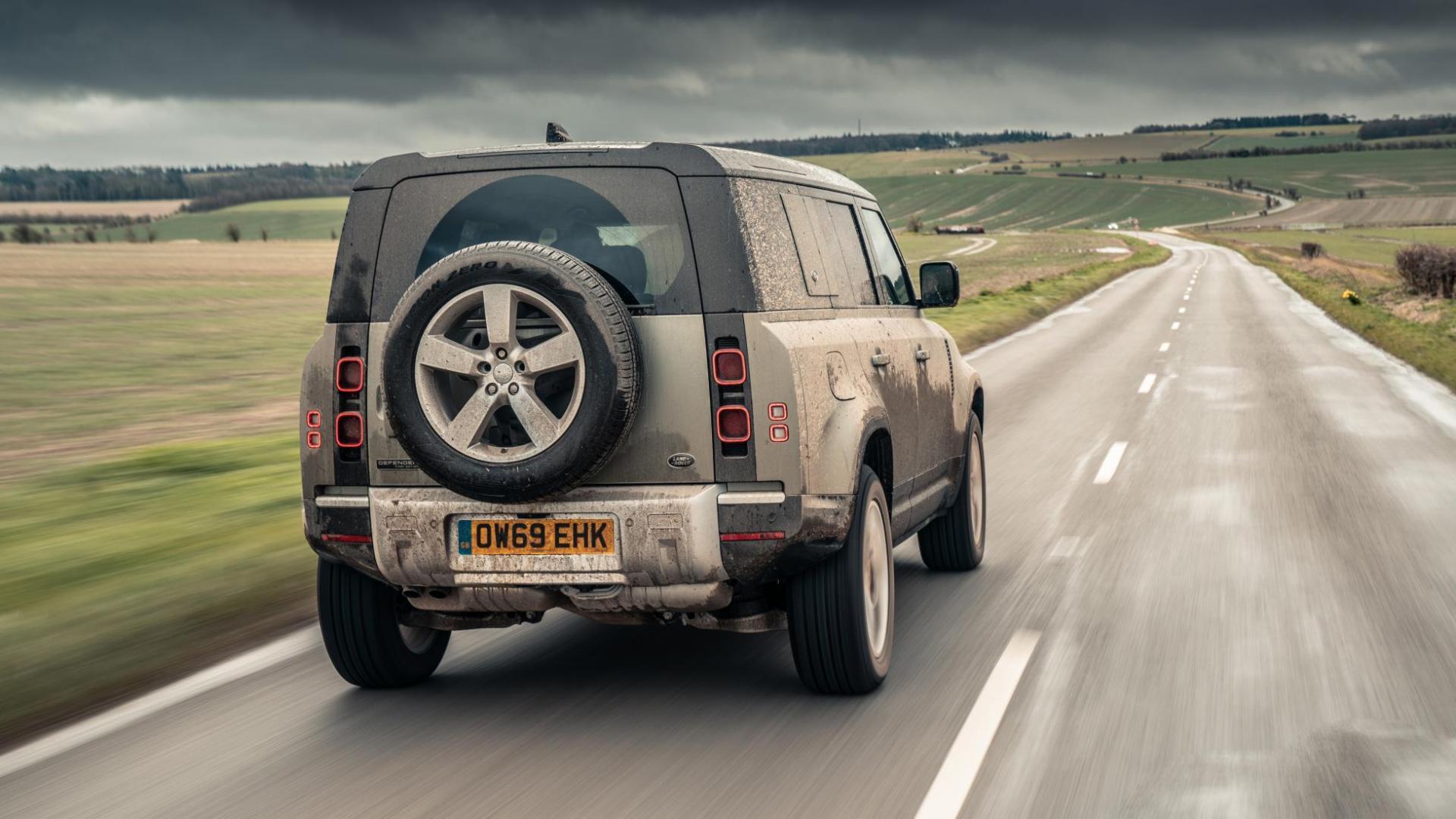 Achterkant van Land Rover Defender D240 SE door de modder