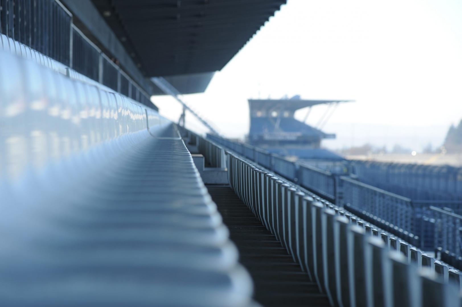 Tribune met stoeltjes langs het Nurburgring GP Circuit