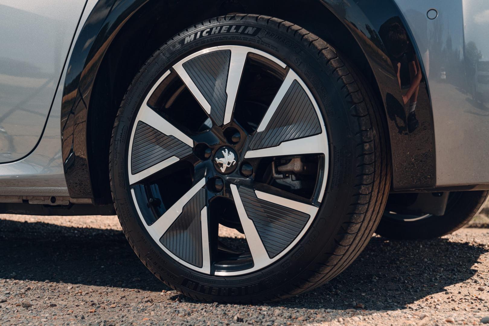 Peugeot e-208 vs Mini Cooper SE vs Honda e