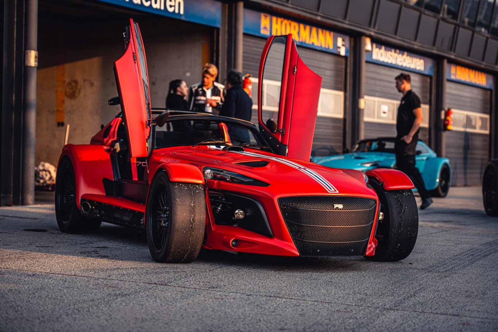 Donkervoort D8 GTO-JD70 R in de pitstraat van Zandvoort