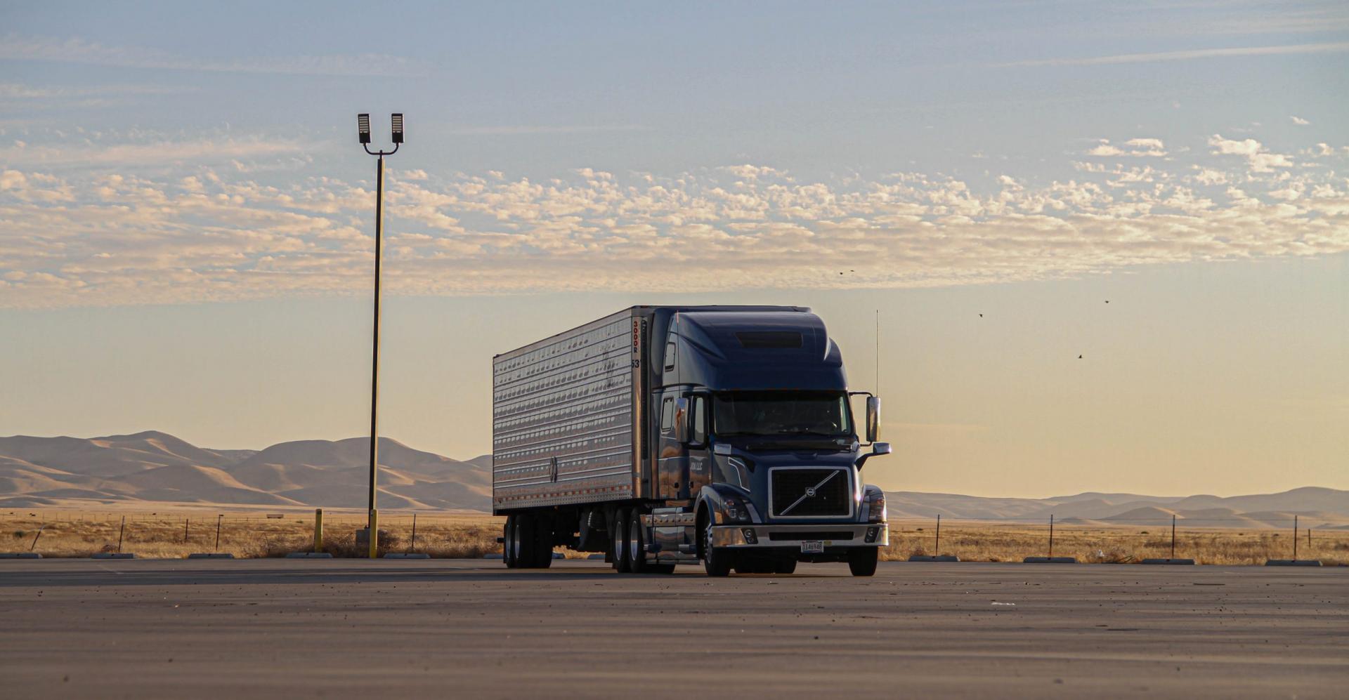Volvo-vrachtwagen met torpedoneus