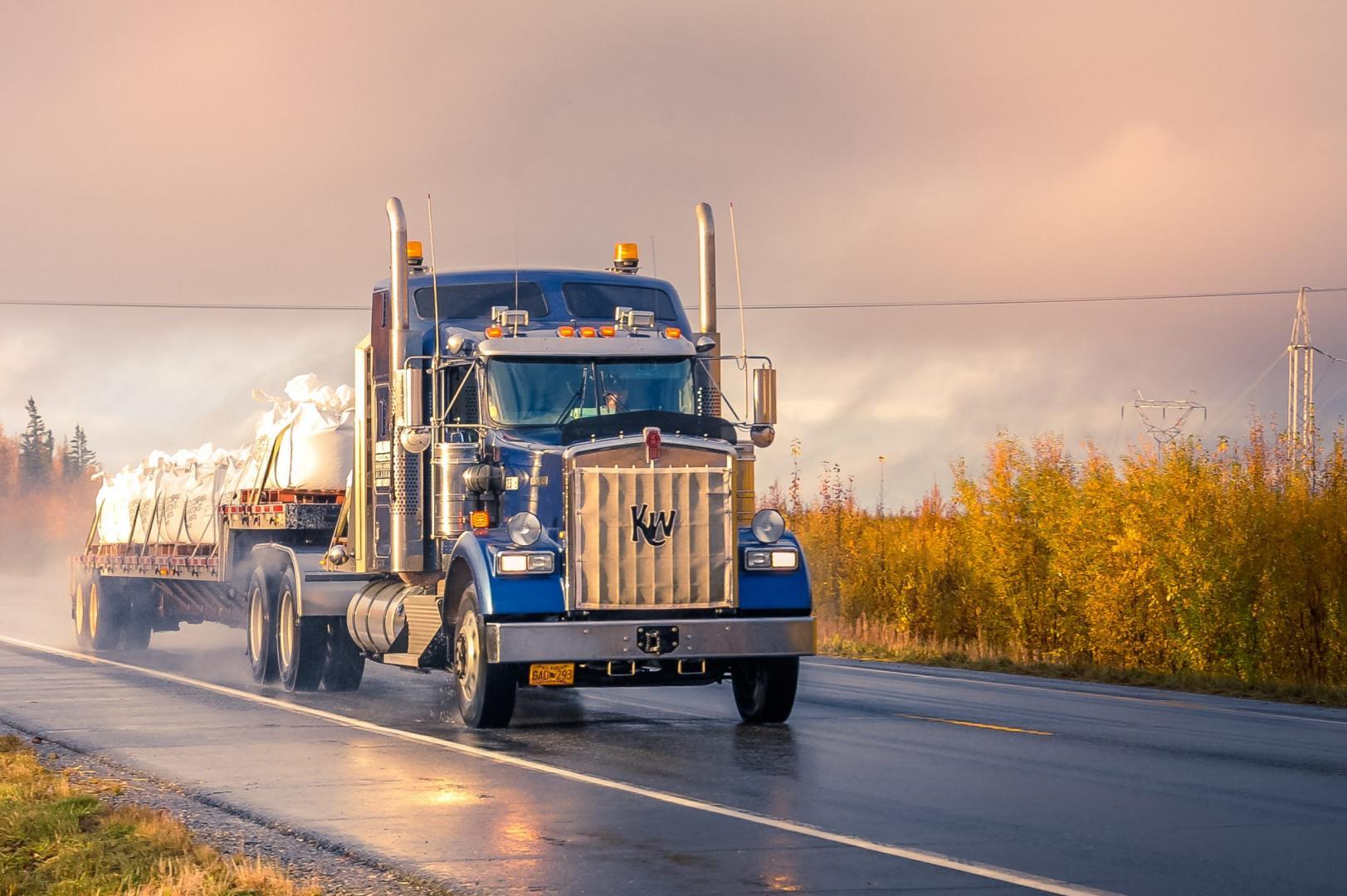 Kenworth-vrachtwagen door de regen