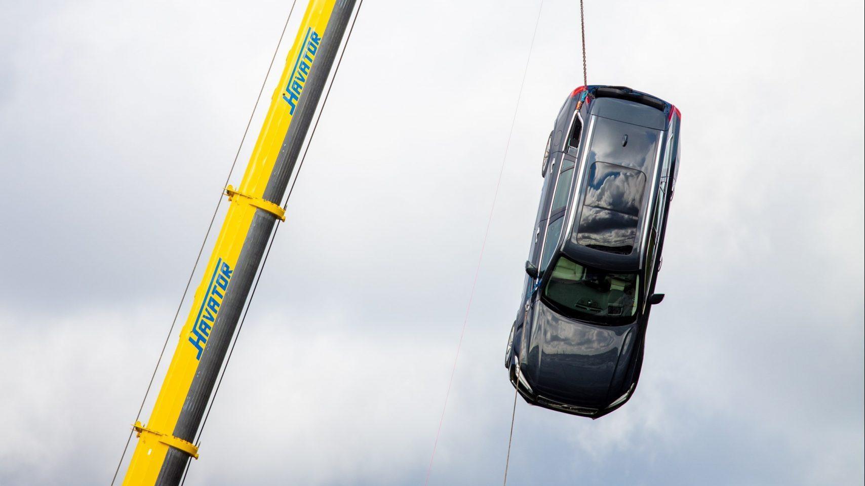 Volvo laat nieuwe auto's van 30 meter vallen