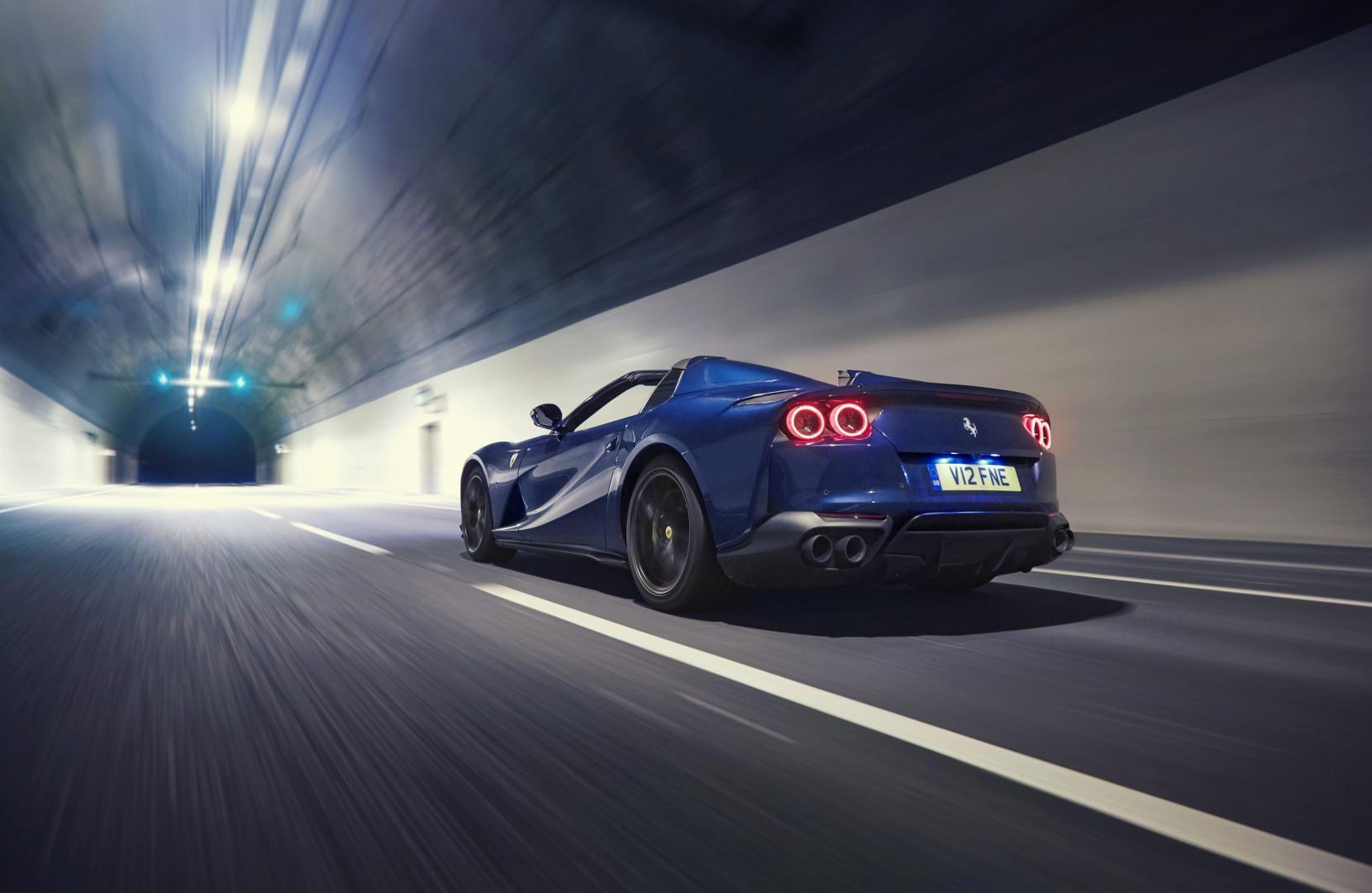 geluid van het jaar 2020 Ferrari 812 GTS in de tunnel