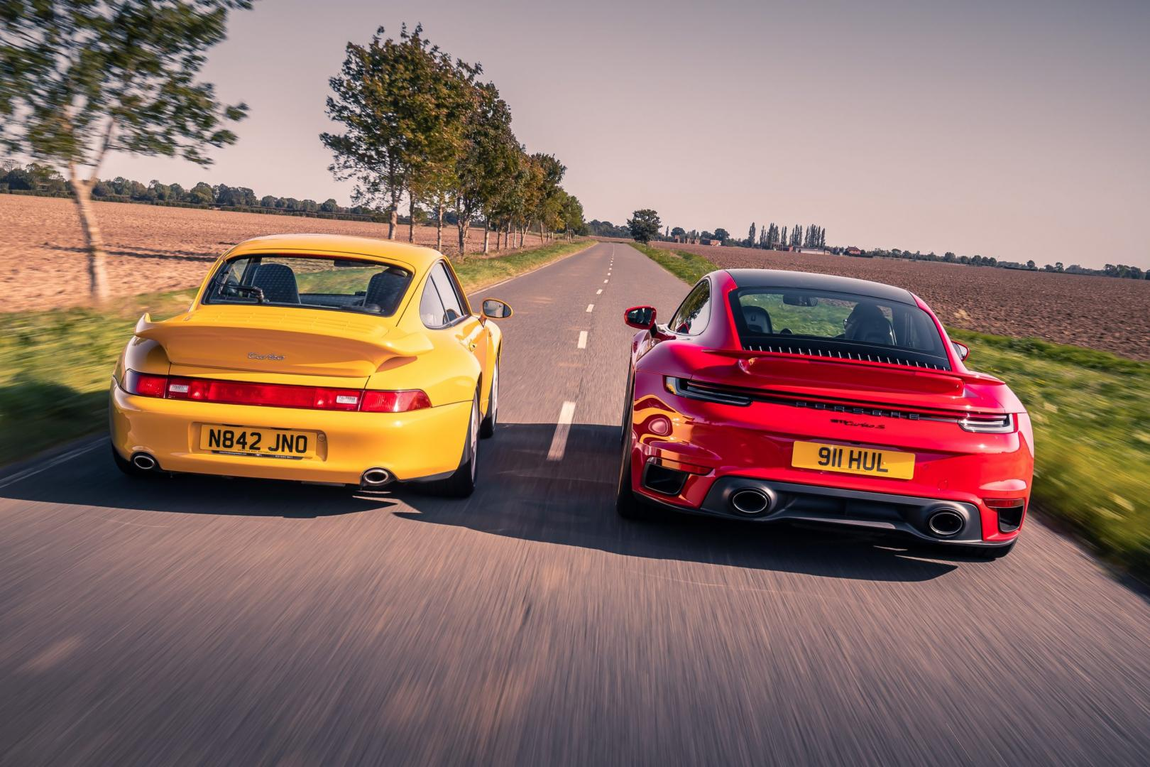 Porsche 911 Turbo S (992) (2020) (Rood) vs Porsche 911 Turbo 993 (1995) (geel)