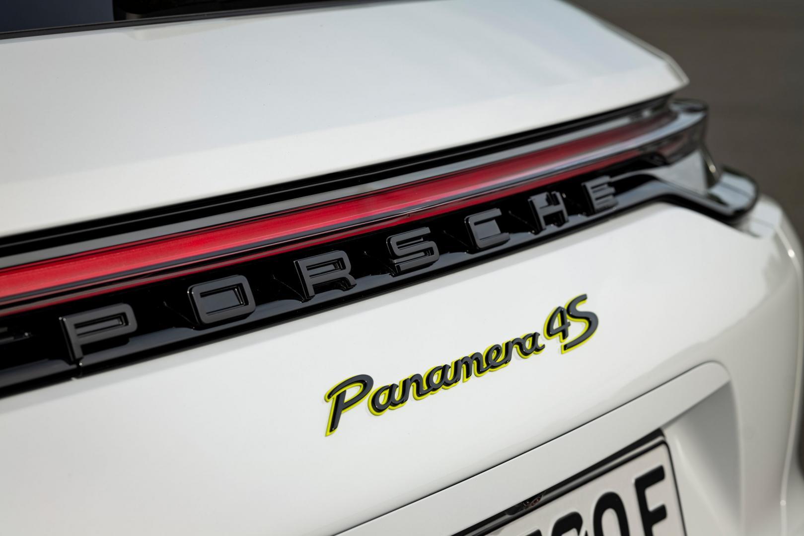 Achterlicht en badge Porsche Panamera 4S E-Hybrid Sport Turismo