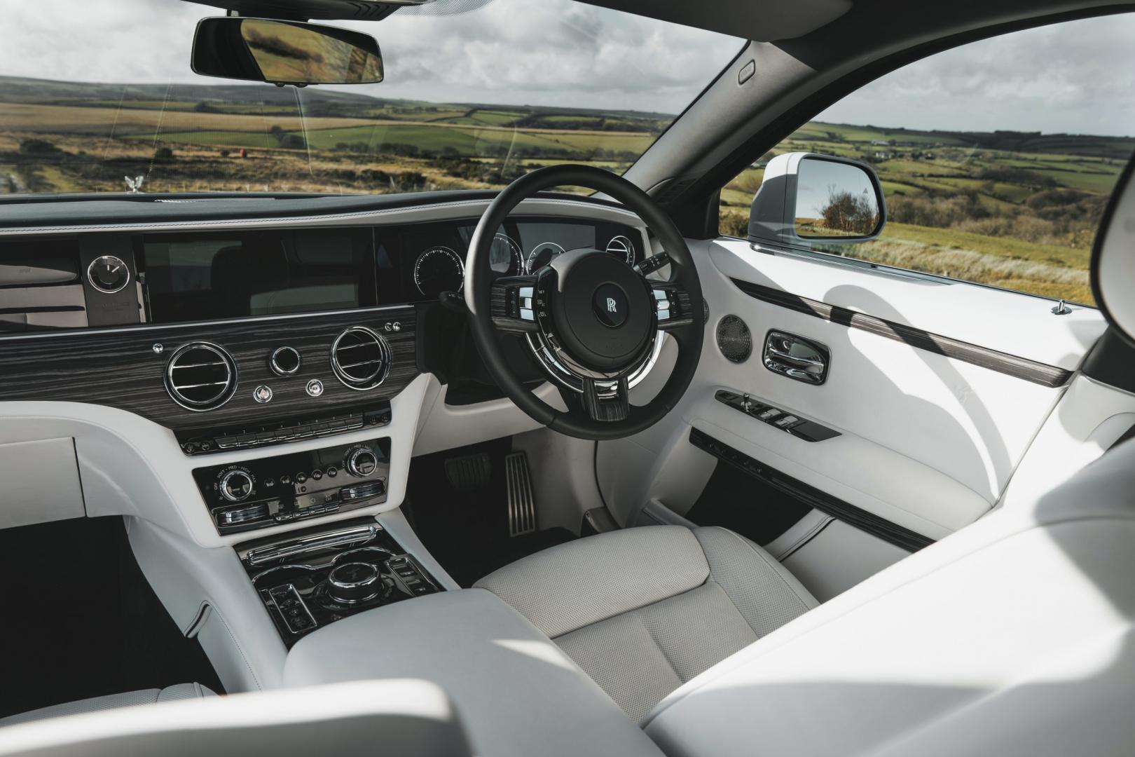 Stuur, stoelen en dashboard van de Rolls-Royce Ghost