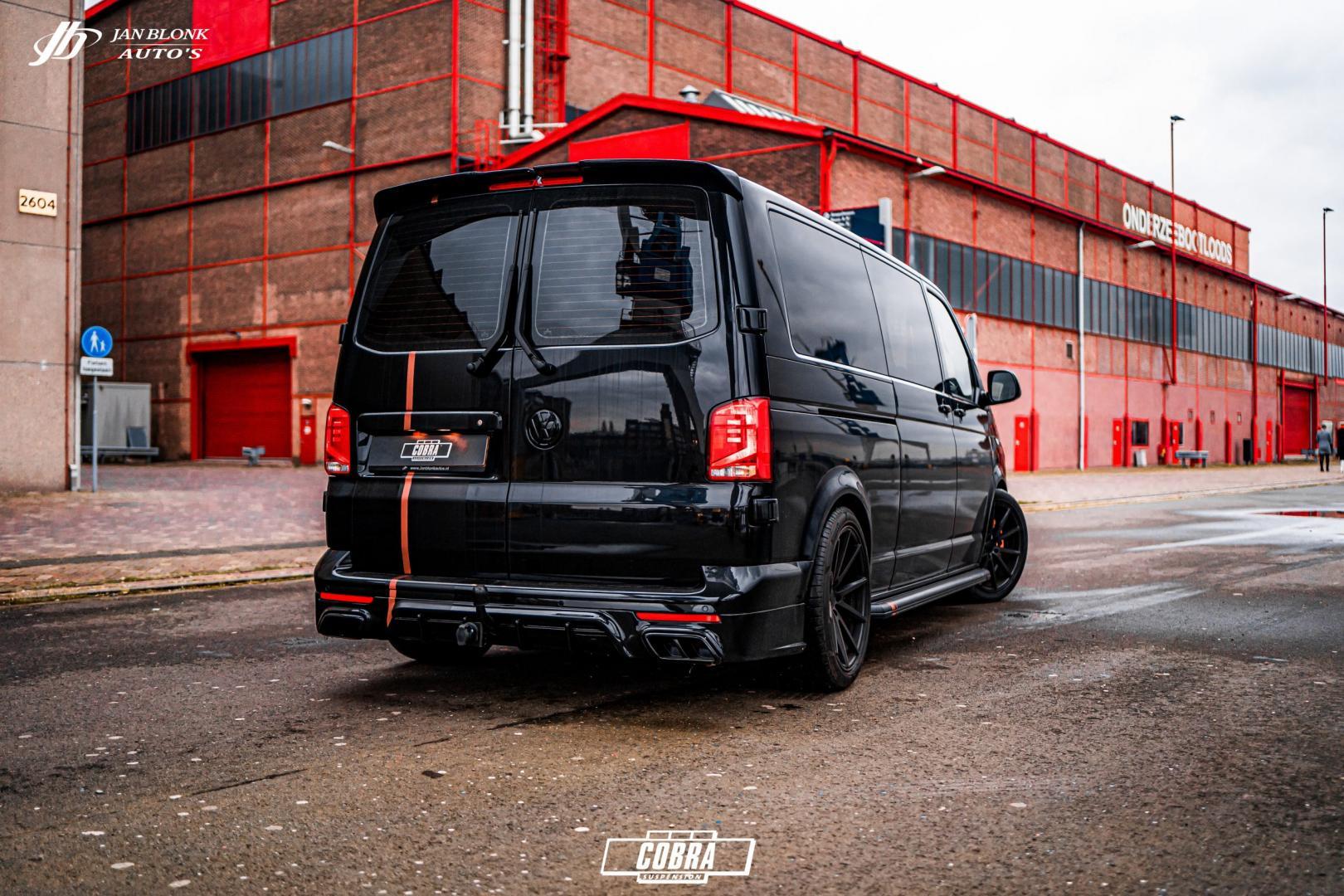 Zwarte Volkswagen Transporter met bodykit en schroefset