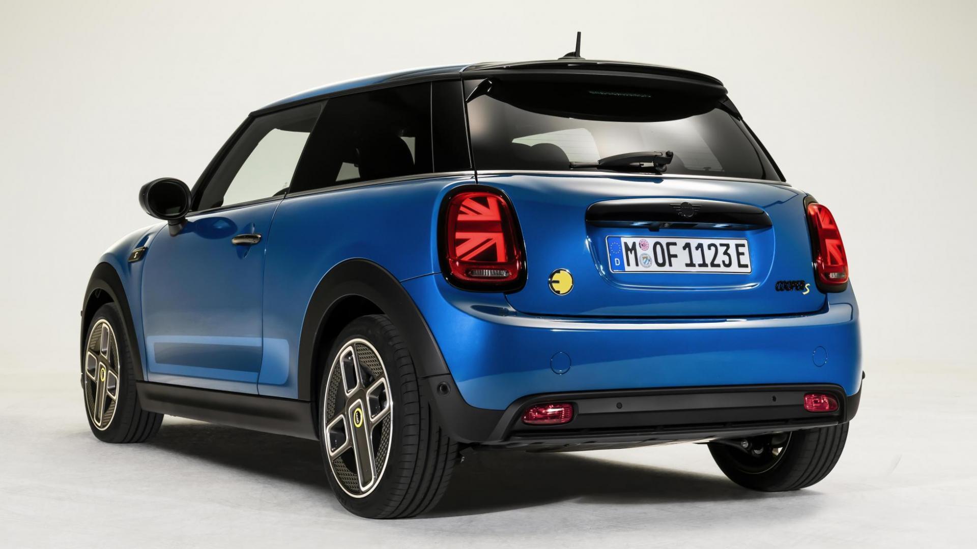 Mini Cooper SE met de vlag-achterlichten