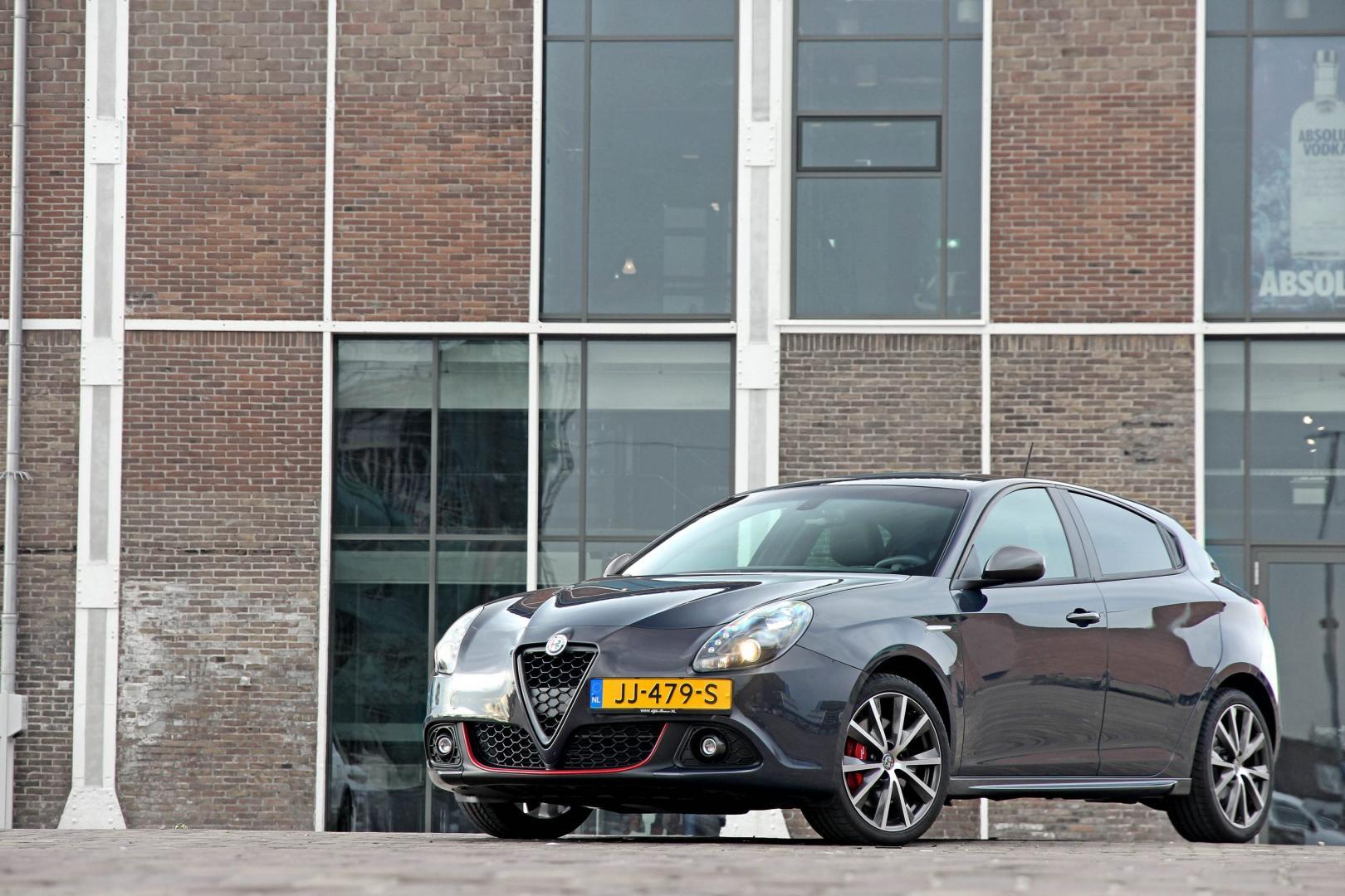Grijze Alfa Romeo Giulietta op Nederlands kenteken