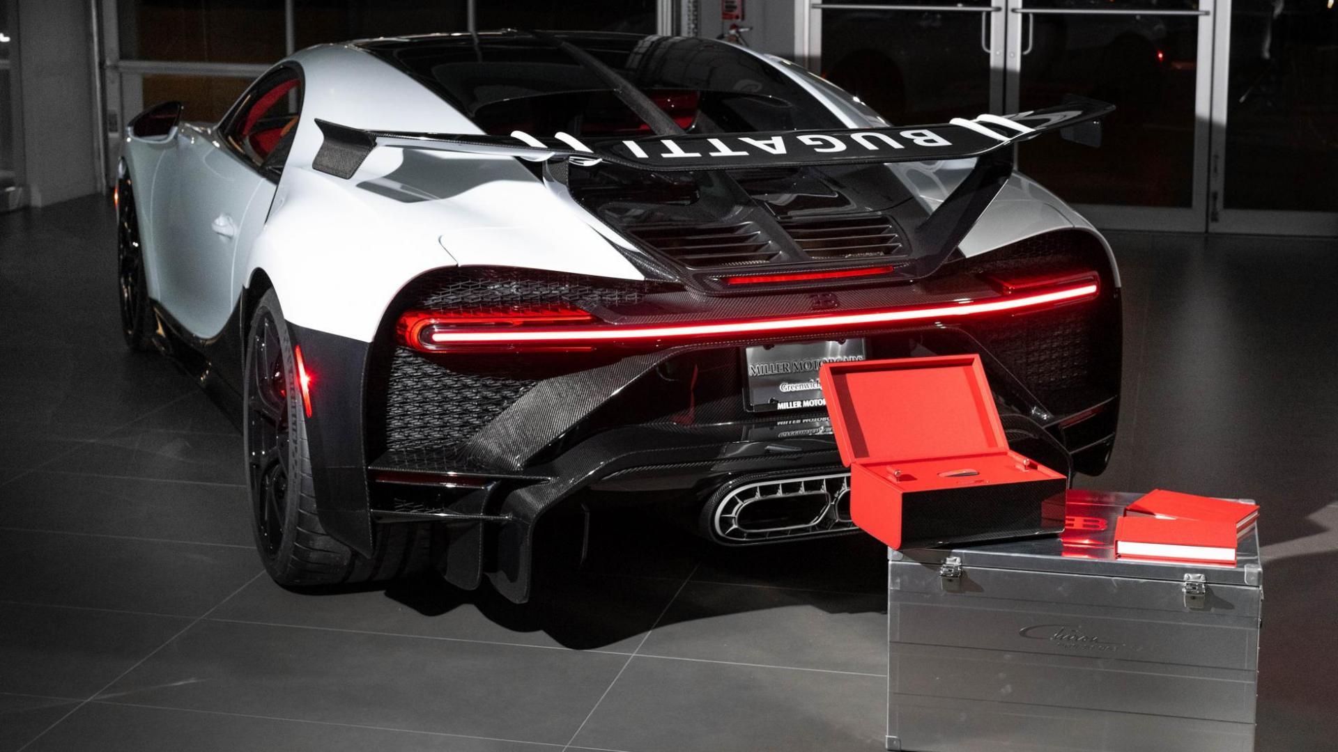 Aflvering eerste Bugatti Chiron Pur Sport met doos en kist