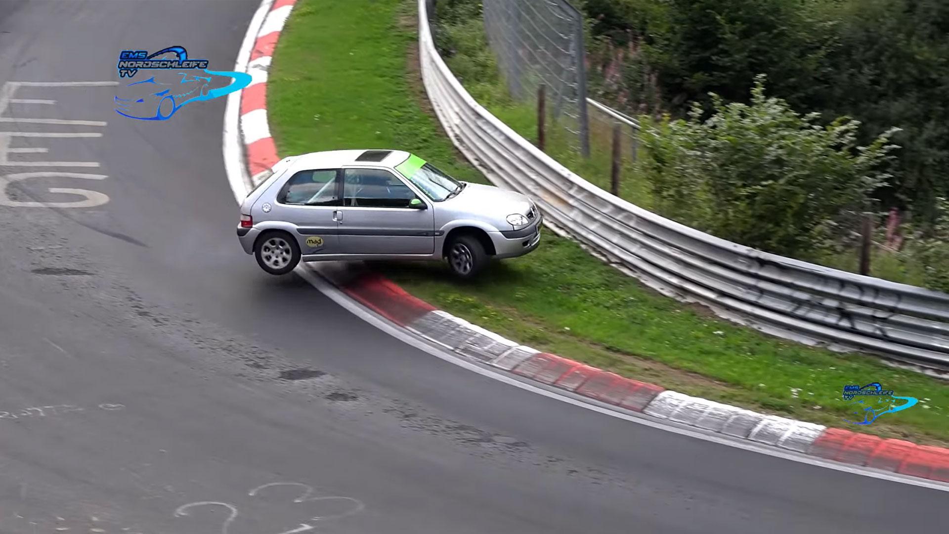 Citroen Saxo op de Nurburgring crasht bijna