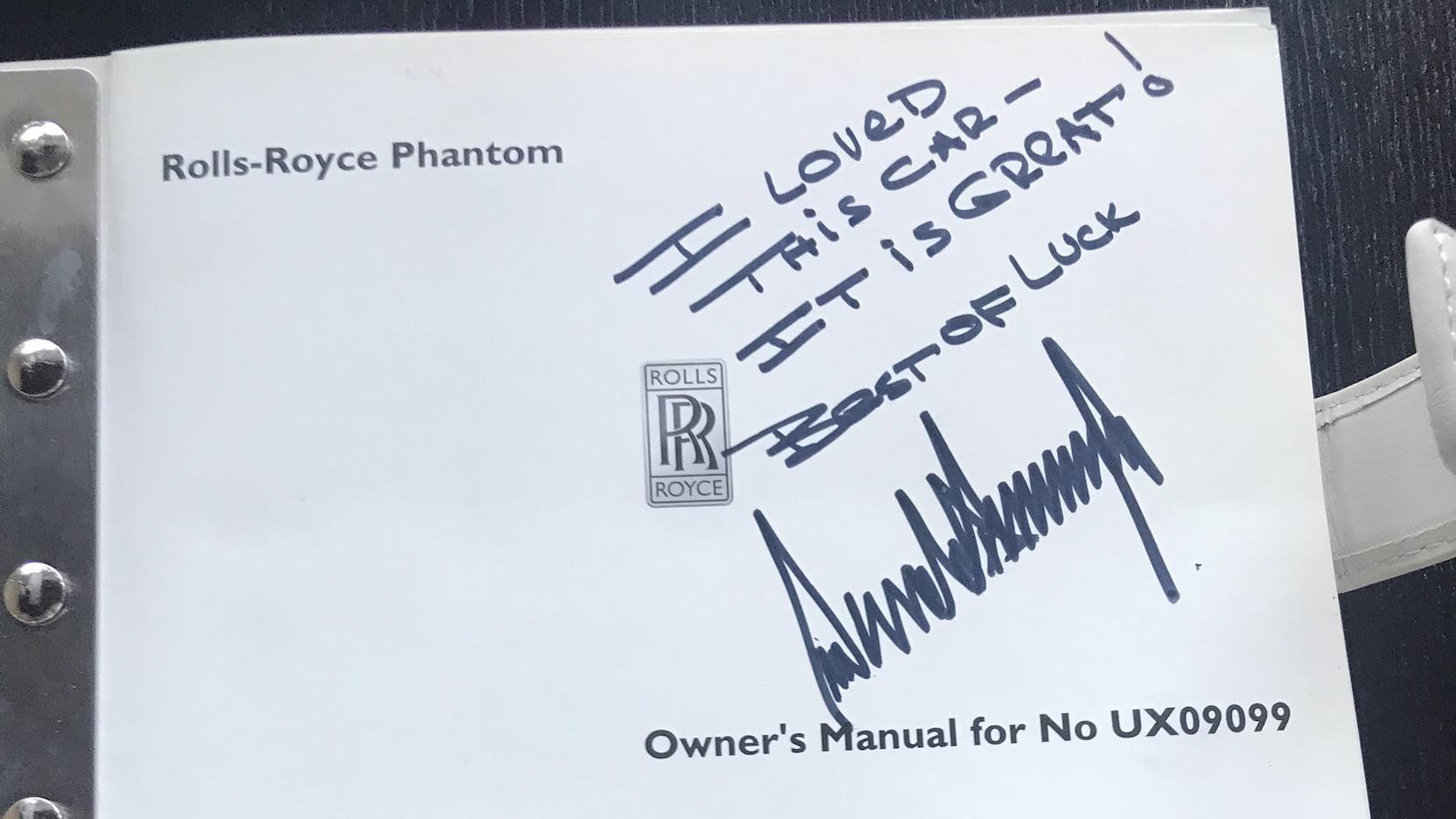 Handtekening in boekje van de Rolls-Royce van Donald Trump