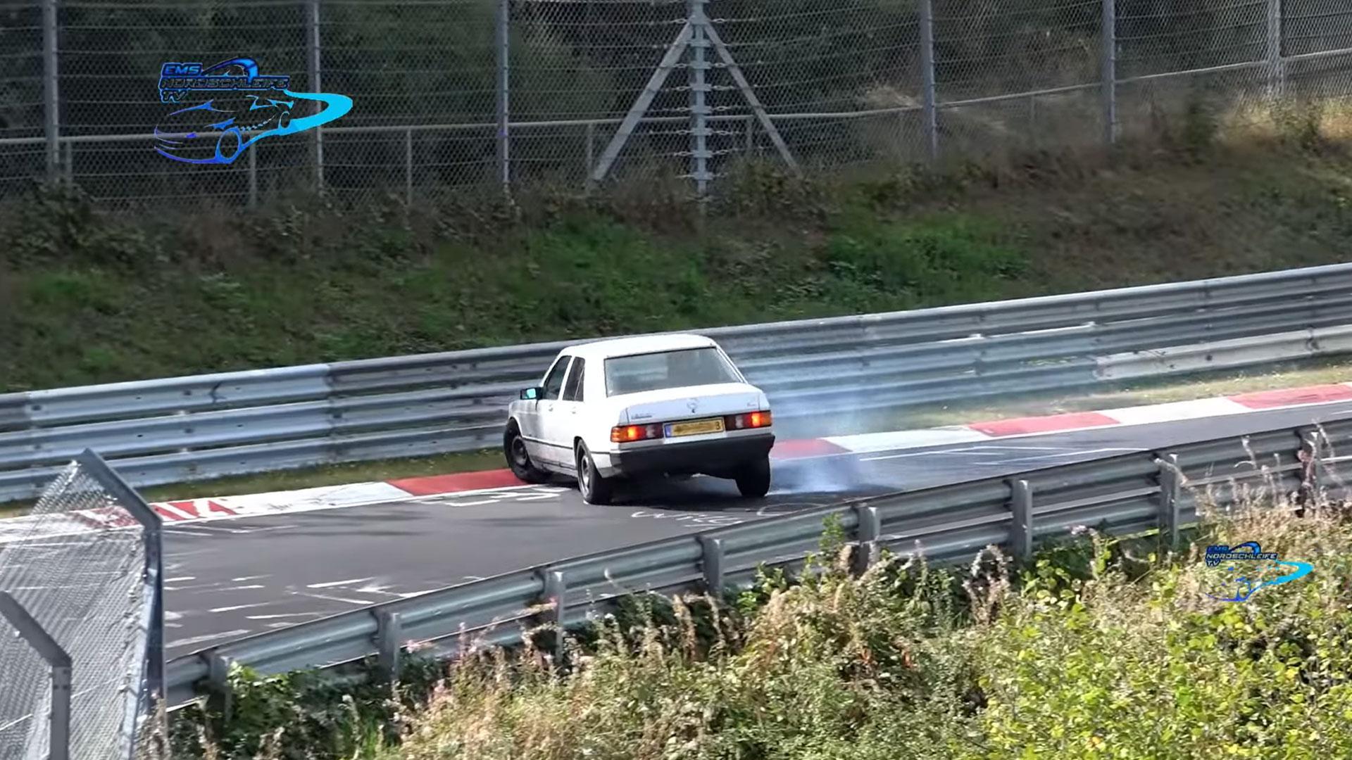 Mercedes 190E op de Nurburgring crasht bijna