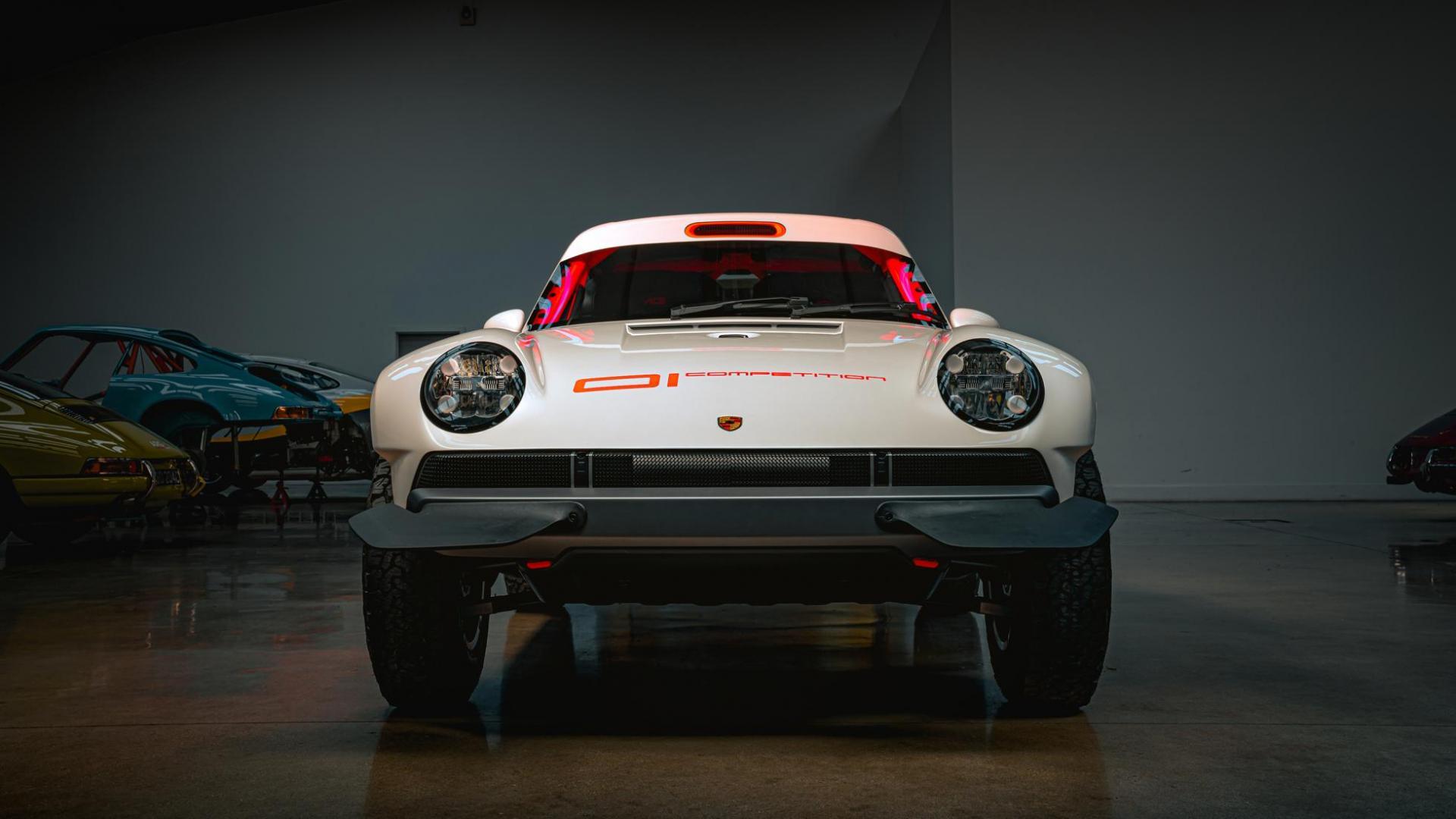 Voorkant Singer Safari 911 (Porsche 911 964) in de garage