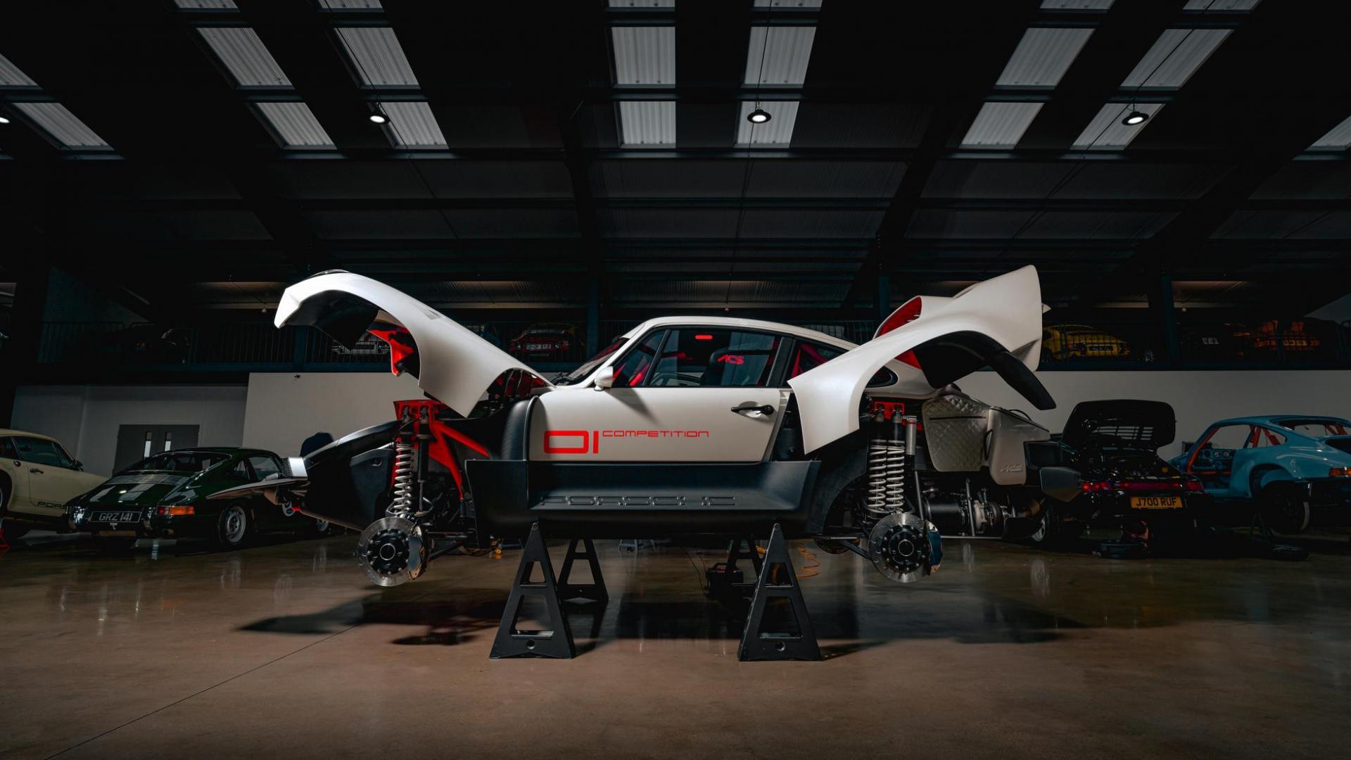 Zijkant Singer Safari 911 (Porsche 911 964) in de garage