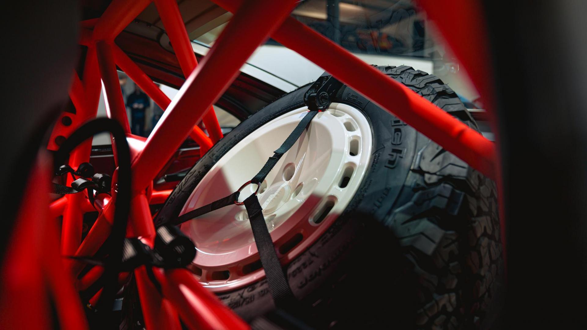 Reservewiel in de rolkooi van de Singer Safari 911 (Porsche 911 964)