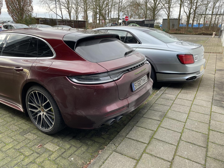Porsche Panamera Turbo S E-Hybrid in bordeaurood en Bentley Flying Spur in het grijs
