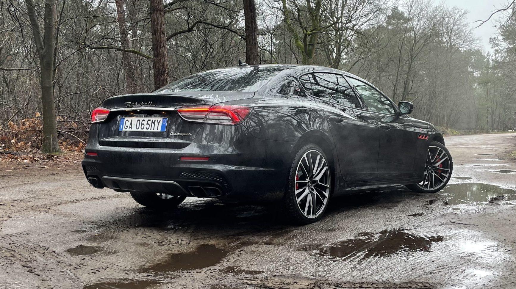 Maserati Quattroporte Trofeo in het zwart met Italiaanse kentekenplaten