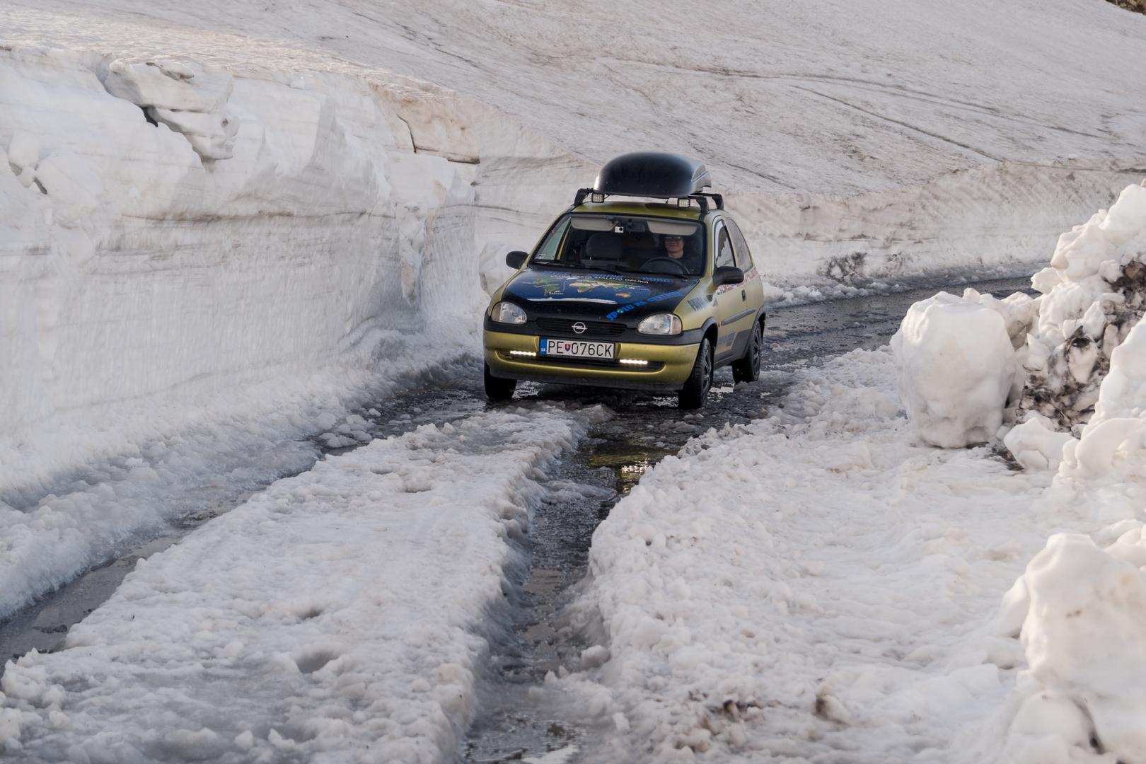 Opel Corsa in besneeuwde weg